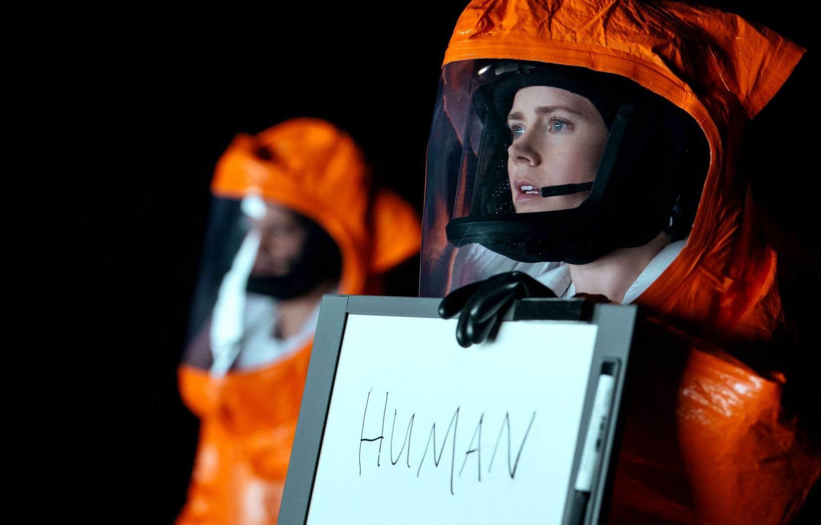 «Louise Banks (Amy Adams) est la femme [...], une Schtroumpfette incluse dans un groupe d'hommes», écrit Martine Delvaux.