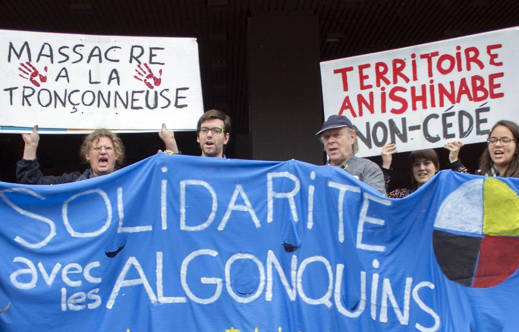 Manifestation devant le Palais de justice de Montréal en août 2014. «L'exploitation minière de notre territoire ne sera pas tolérée», écrit Norman Matchewan.