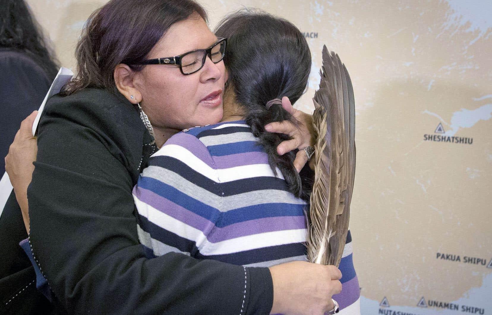 Viviane Michel, présidente de Femmes autochtones du Québec, console une autre femme.