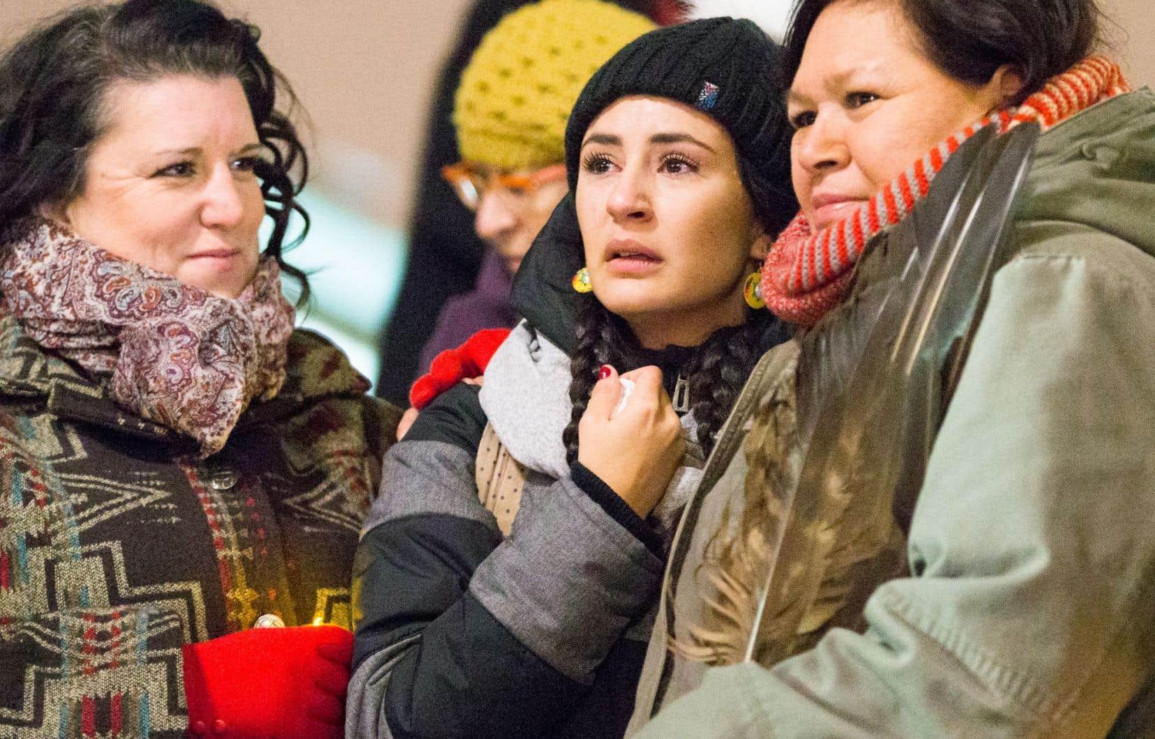 Quelques centaines de personnes, dont la militante Maïtée Labrecque-Saganash, se sont déplacées pour soutenir les femmes autochtones mardi soir lors d'une vigile organisée à la Place des Arts de Montréal.