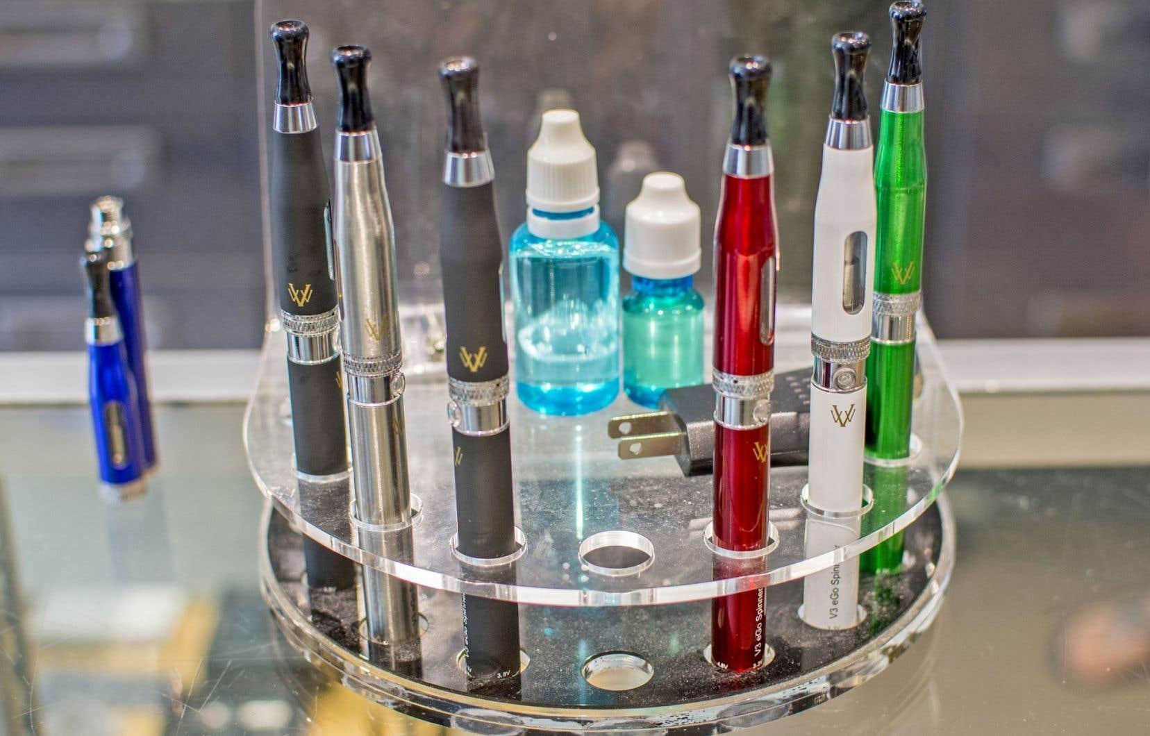 Le ministère de la Santé souligne que les jeunes pourraient être tentés de commencer à fumer après avoir essayé la cigarette électronique.