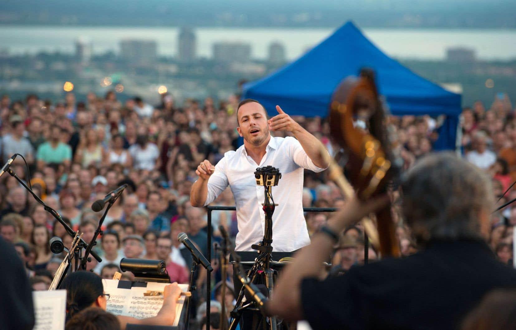 Le chef Yannick Nézet-Séguin à la barre de l'Orchestre métropolitain lors d'un concert sur le mont Royal en juillet2015