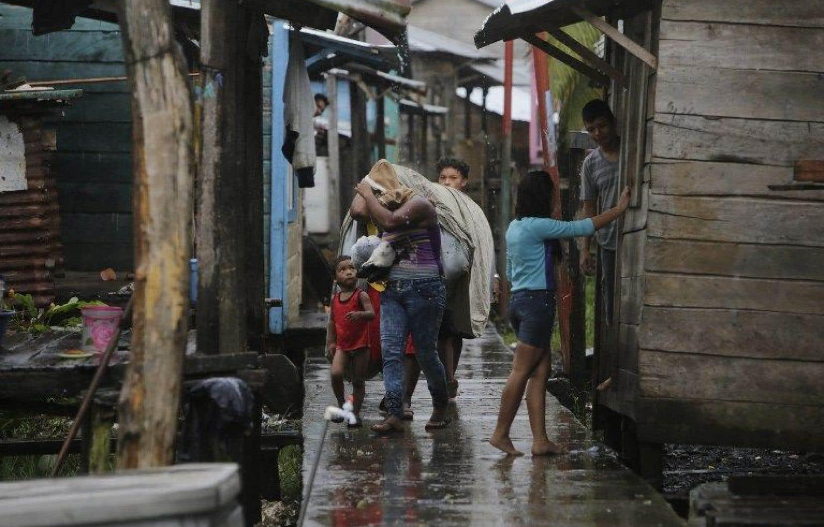 Par précaution, les gouvernements du Salvador et du Nicaragua ont lancé une alerte au tsunami et demandé aux habitants des régions côtières d'évacuer la zone.