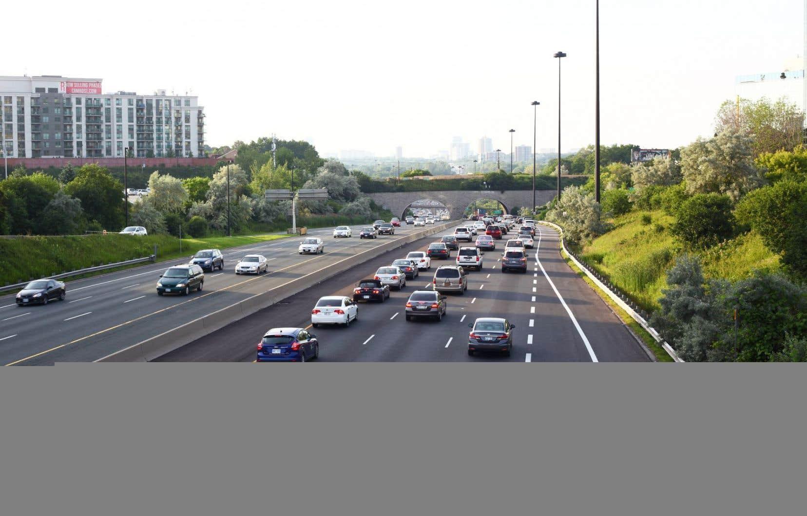 Selon des analystes, il s'agirait des premiers tarifs canadiens touchant des voies rapides qui traversent le coeur d'une ville majeure.