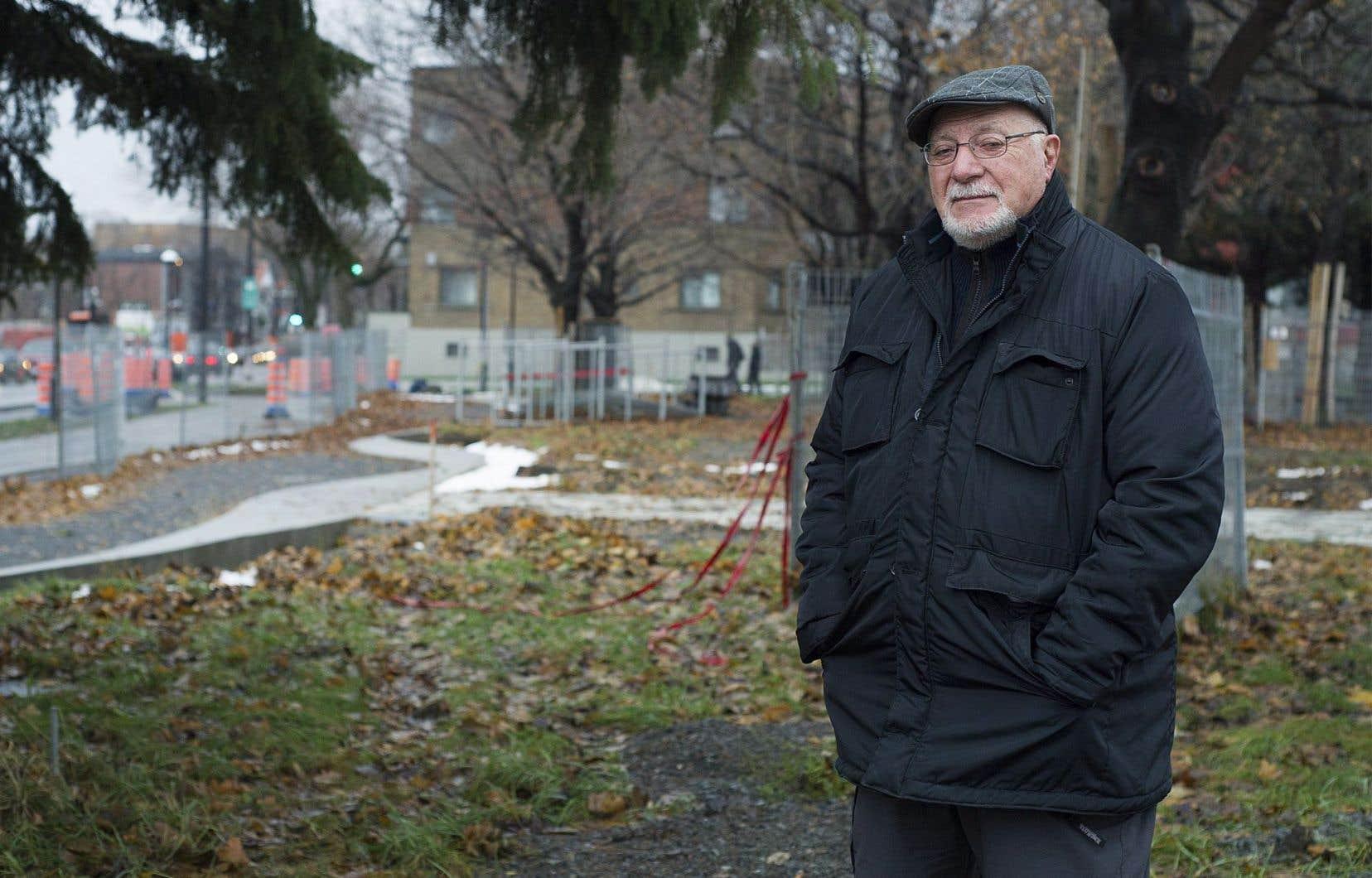 Roger Nincheri, petit-fils de l'artiste Guido Nincheri, dans le parc qui porte son nom.