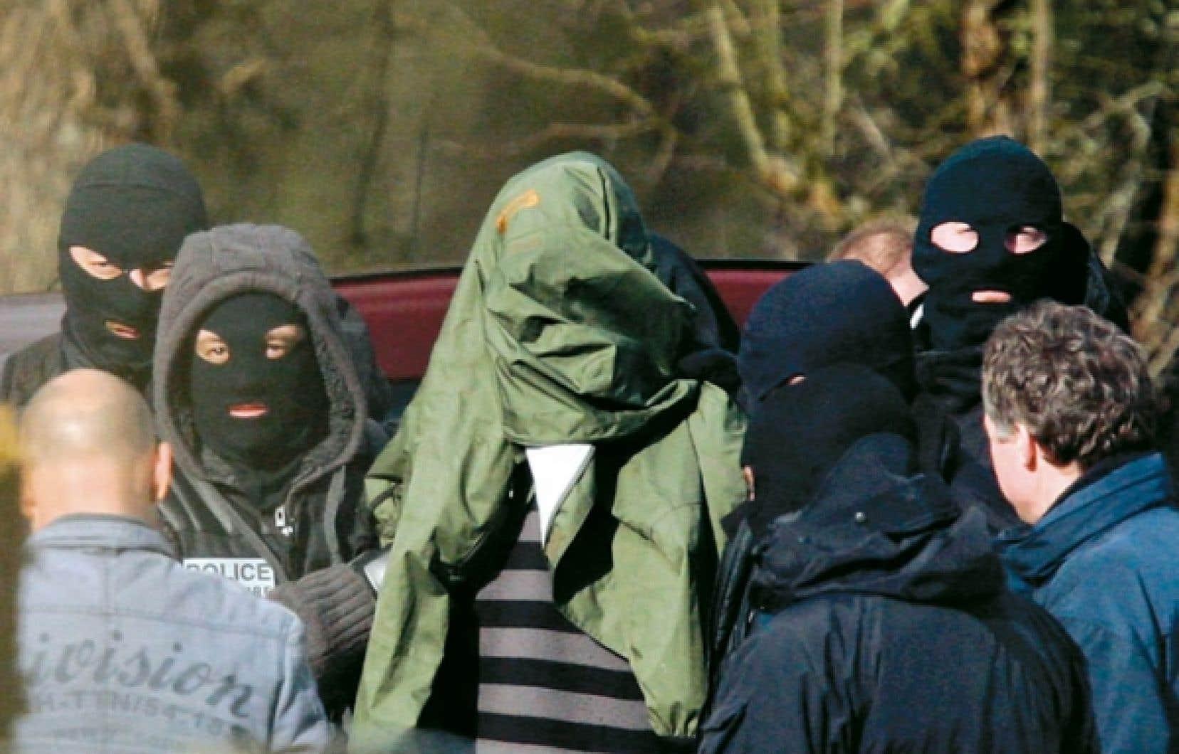 Le numéro un présumé de l'ETA entouré hier de policiers cagoulés.