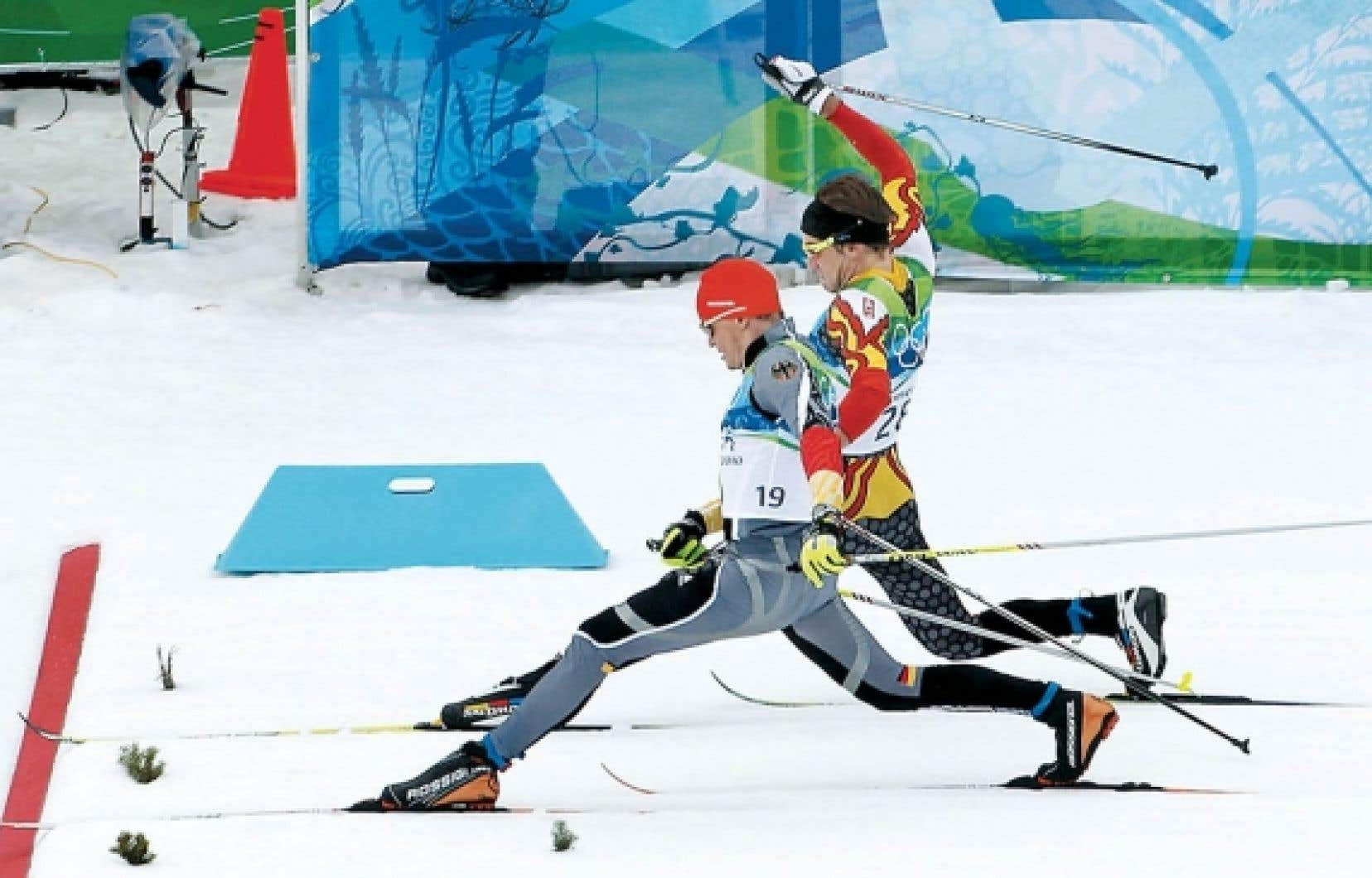 L'Allemand Tobias Angerer (à l'avant plan) a allongé la jambe à la toute fin pour ravir le quatrième rang au Canadien Devon Kershaw.