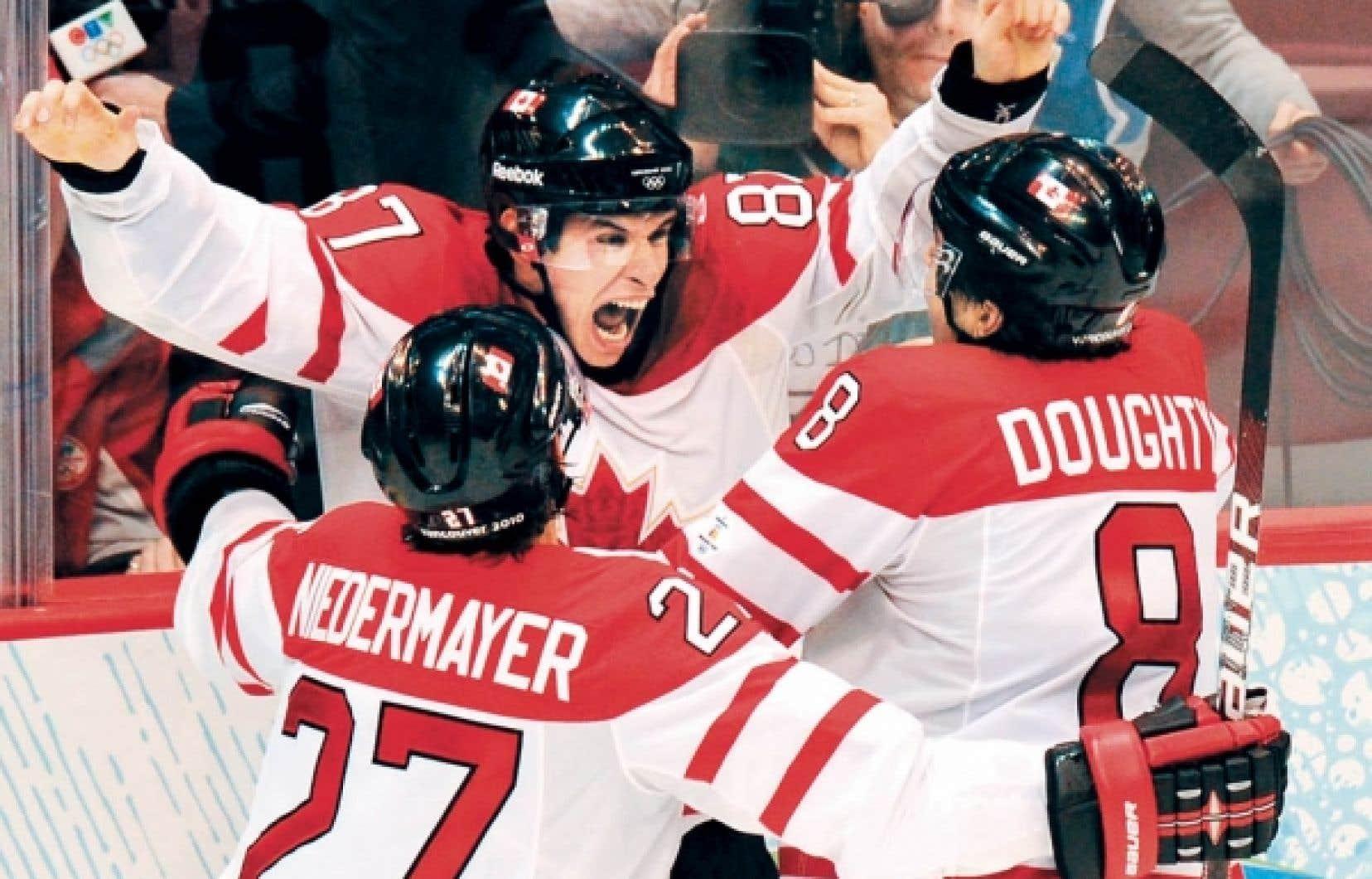 Sidney Crosby explose de joie après avoir marqué le but qui a donné une 14e médaille d'or au Canada, hier, pour clôturer les Jeux de Vancouver.