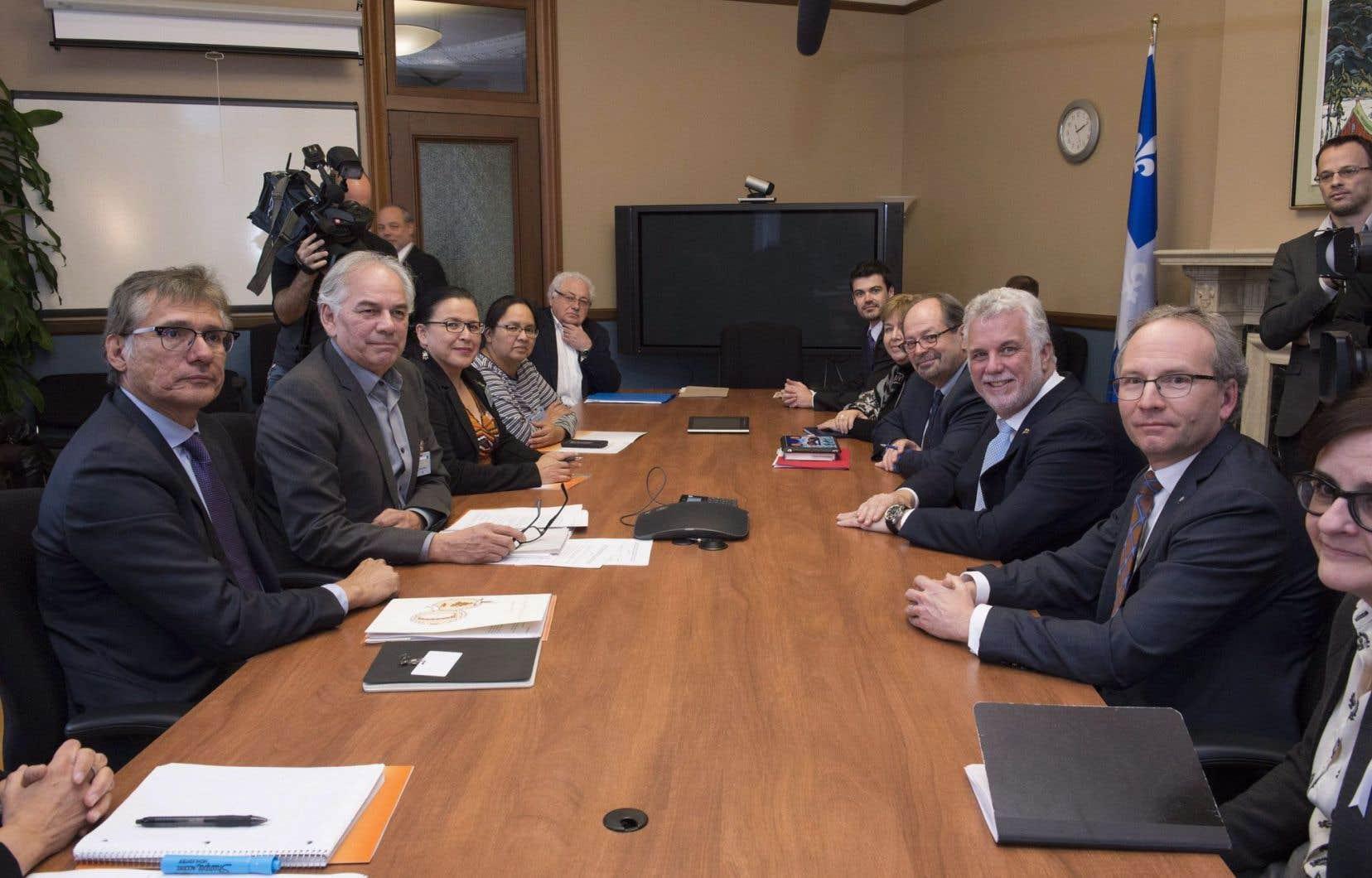 À son bureau, Philippe Couillard a tenu une rencontre formelle avec le chef de l'Assemblée des Premières Nations du Québec et du Labrador, Ghislain Picard, le grand chef des Cris, Matthew Coon Come, les chefs algonquines Adrienne Anichinapeo, de Kitcisakik, et Adrienne Jérôme, de Lac-Simon, et Édith Cloutier, du Centre d'amitié autochtone de Val-d'Or.