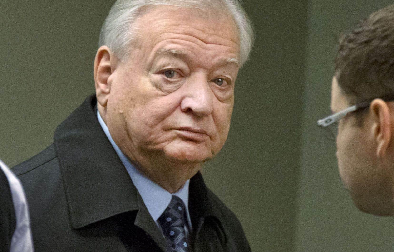 Gilles Vaillancourt à son arrivée au palais de justice de Laval, jeudi. Quand il en est ressorti, c'était pour être amené en prison.