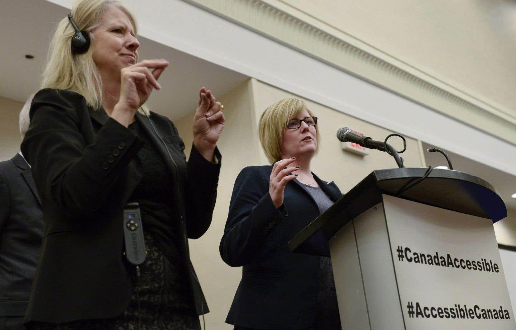 <p>Une interprète traduit en langage des signes le discours de la ministre des Sports, Carla Qualtrough</p>