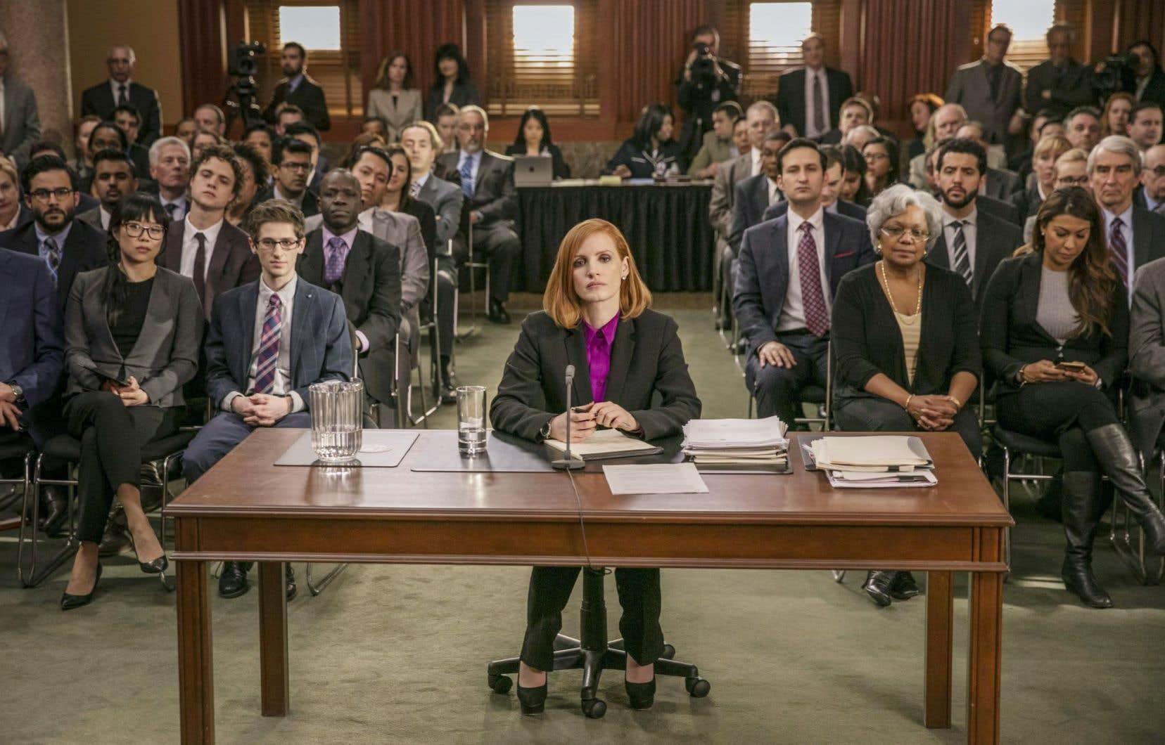 Jessica Chastain dans le rôle d'Elizabeth Sloane, une vedette montante du milieu du lobbying à Washington.