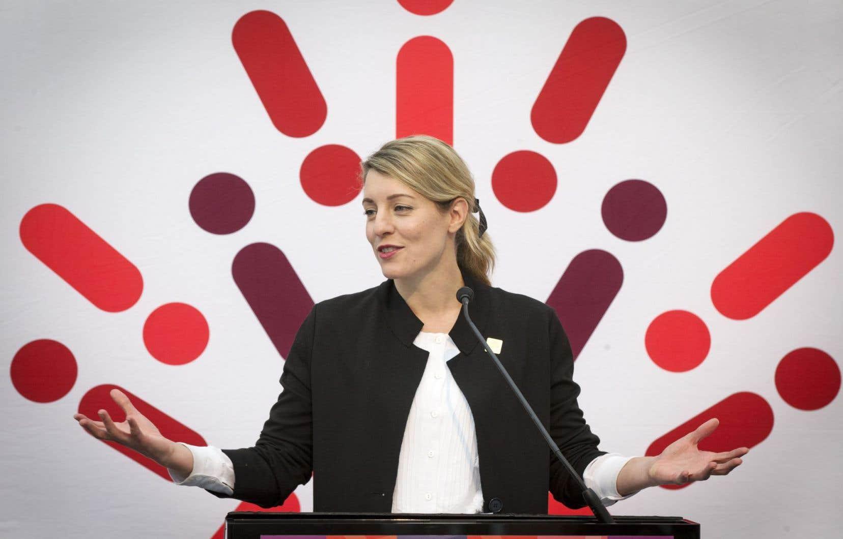 Mélanie Joly, ministre du Patrimoine canadien, a dévoilé vendredi l'un des projets de la Société des célébrations du 375eanniversaire de Montréal, l'illumination de la Biosphère de l'île Sainte-Hélène.