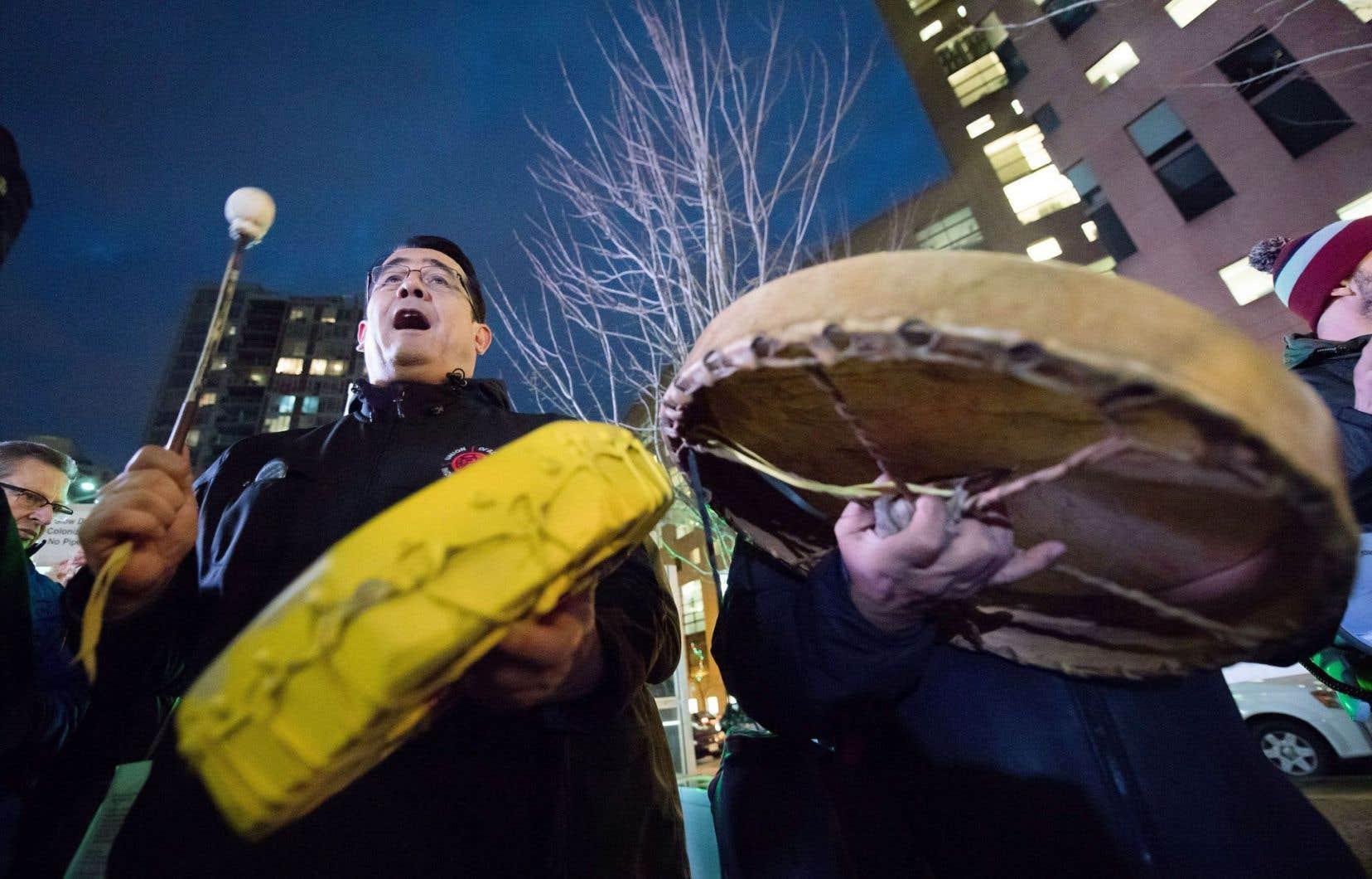 Le vice-président en chef de l'Union des chefs indiens de la Colombie-Britannique, Bob Chamberlin, issu de la Première Nation des Kwicksutaineuk Ah-kwa-mish, joue de la musique et chante durant la manifestation contre le projet d'expansion Trans Mountain de Kinder Morgan, à Vancouver, le 29 novembre.