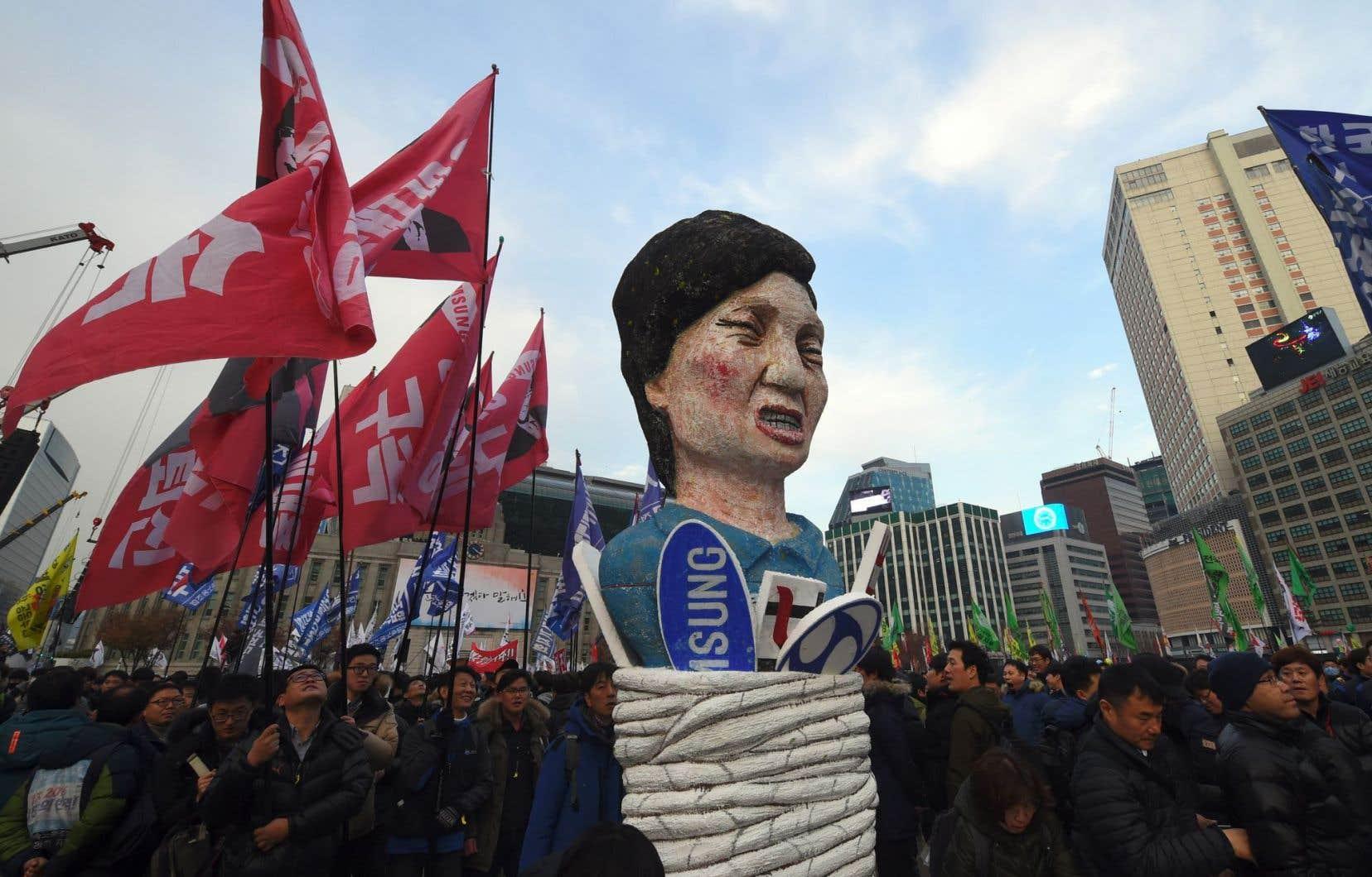 Des manifestants antigouvernement traînant une statue à l'effigie de la présidente Park Geun-hye, le 3décembre dernier