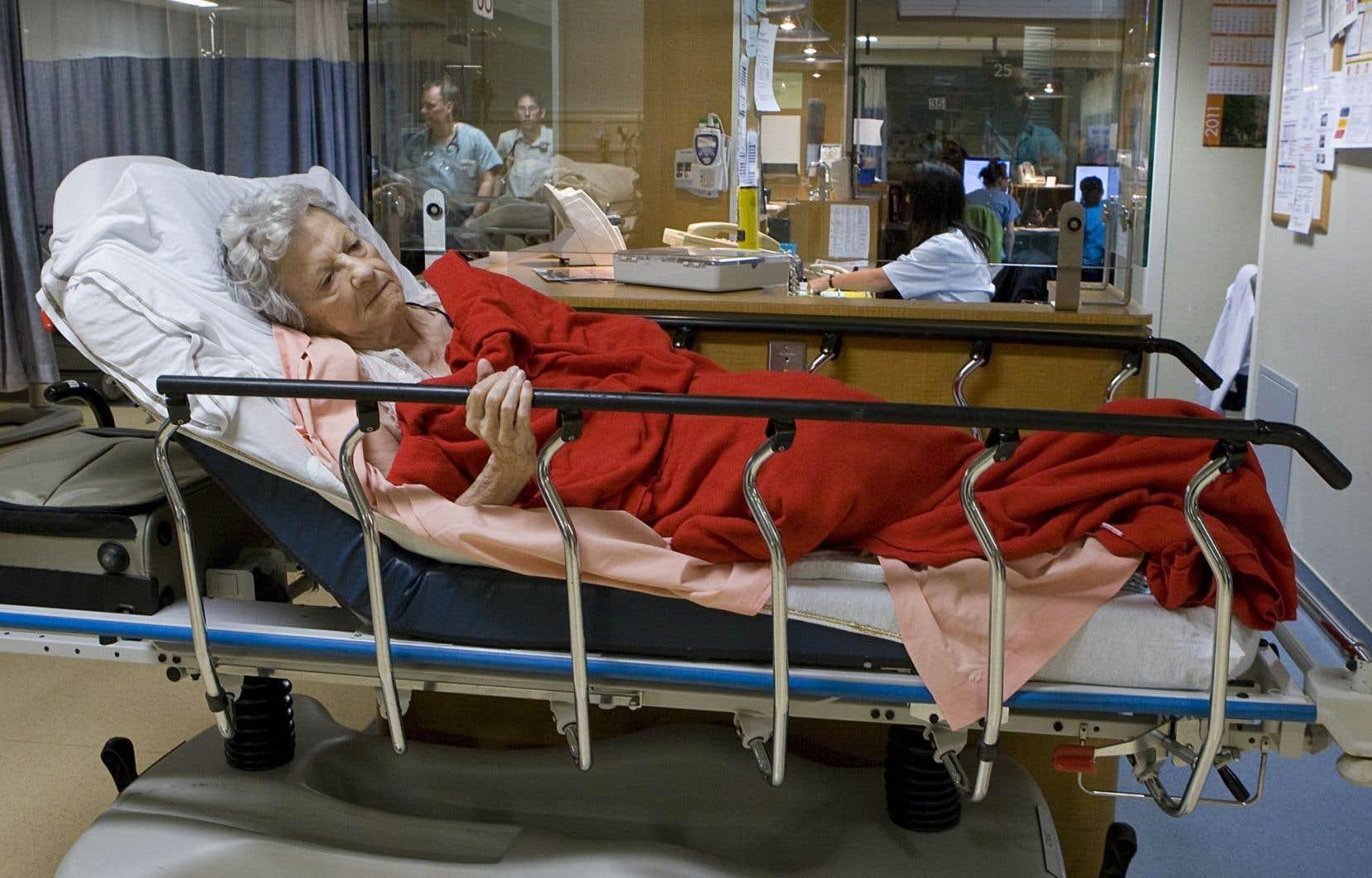 Le ministre Barrette a annoncé un investissement de 100 millions qui doit permettre de libérer 2125 lits de soins aigus dans les hôpitaux du Québec.