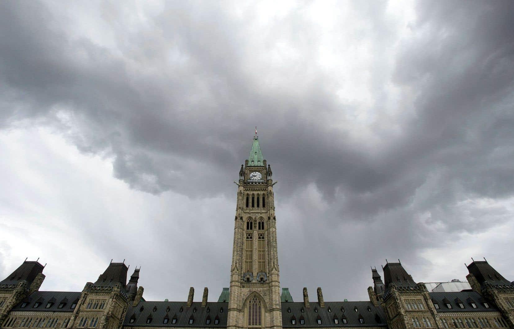 «Ce qui motive le gouvernement canadien à dépenser dans les champs de compétence provinciaux, c'est [...] aussi son désir d'être proche des Canadiens, d'être plus visible», écrit Benoit Pelletier.