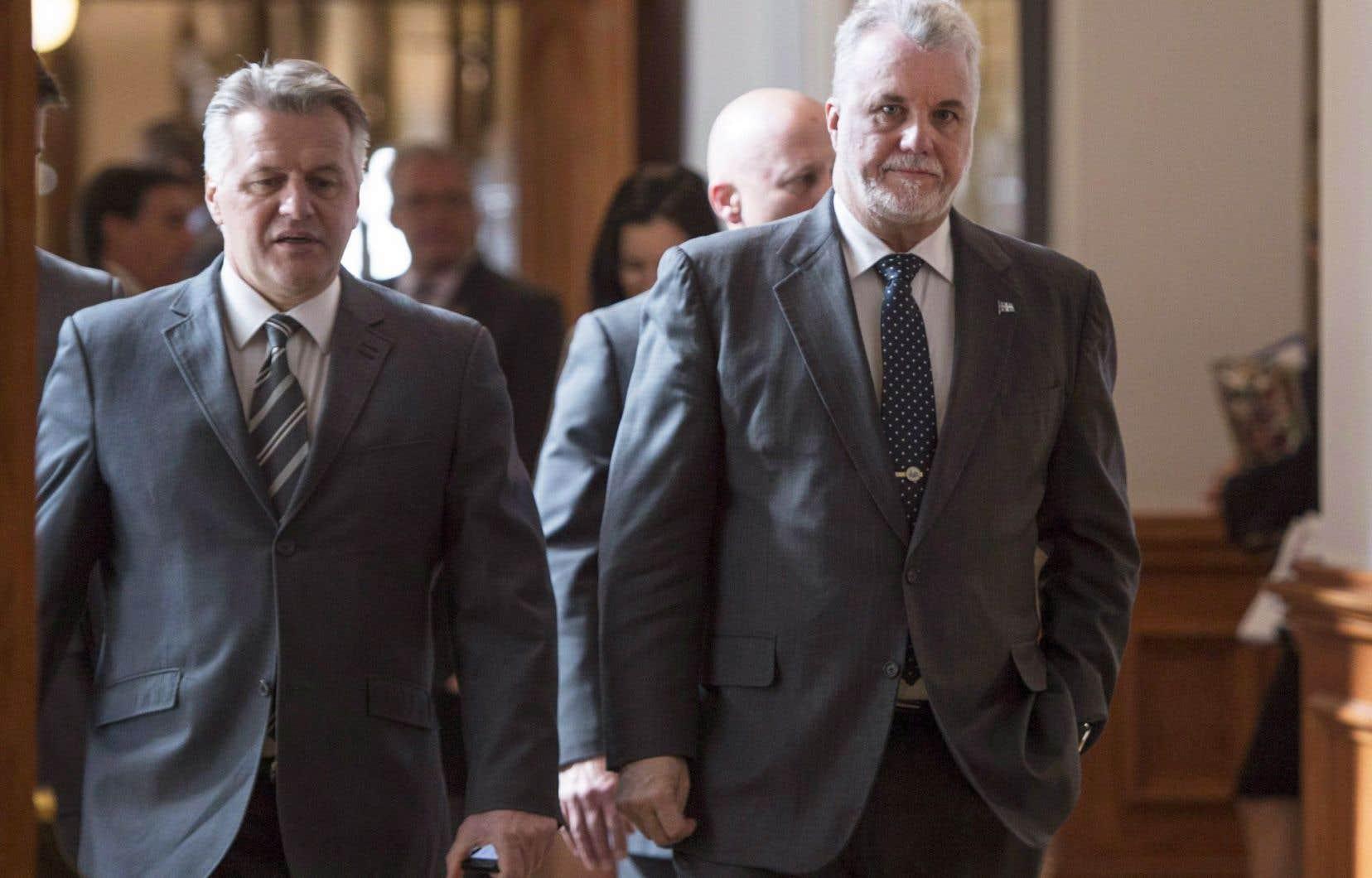 Le ministre des Transports, Laurent Lessard, ici aux côtés du premier ministre, Philippe Couillard, a passé la session avec une épée de Damoclès au-dessus de la tête.