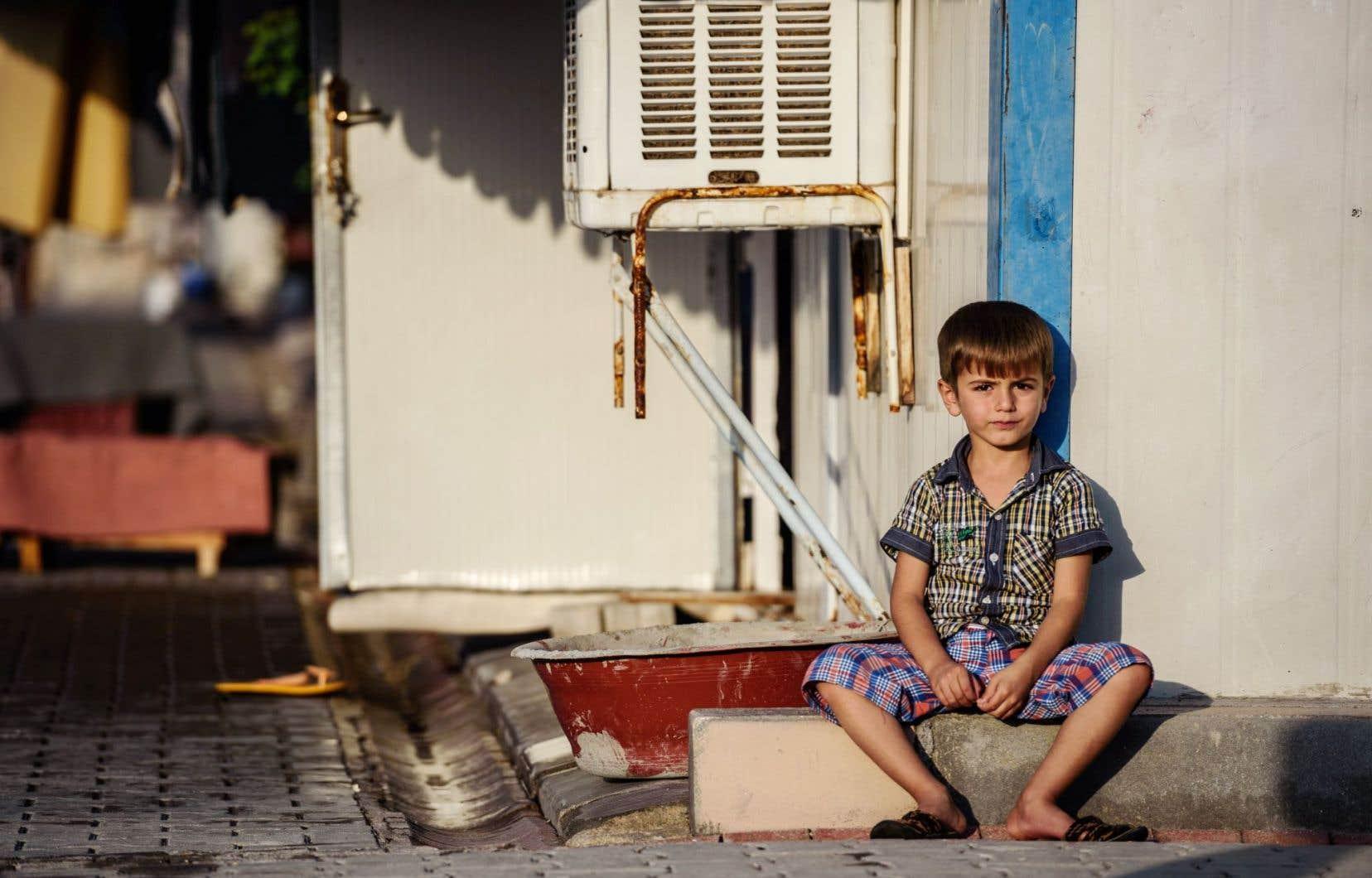 Dans un camp de réfugiés syriens en Turquie, cet enfant doit prendre son mal en patience.