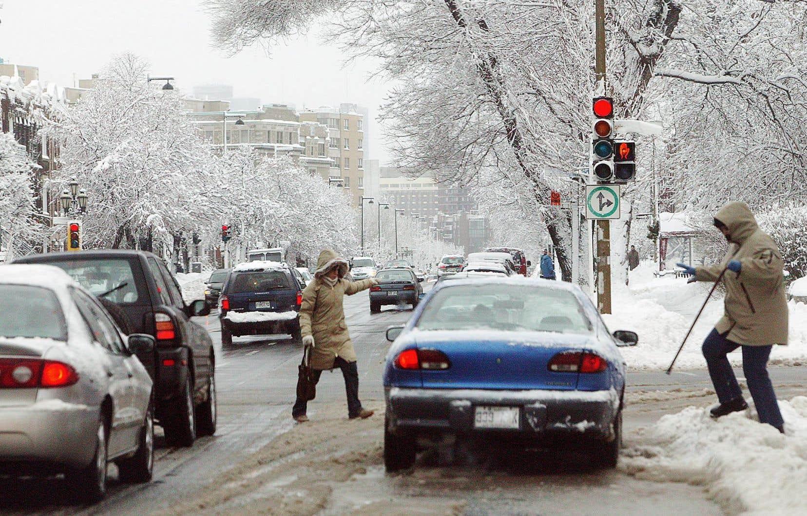 Le virage à droite au feu rougeest autorisé partout au Québec depuis 2003 sauf sur l'île de Montréal.