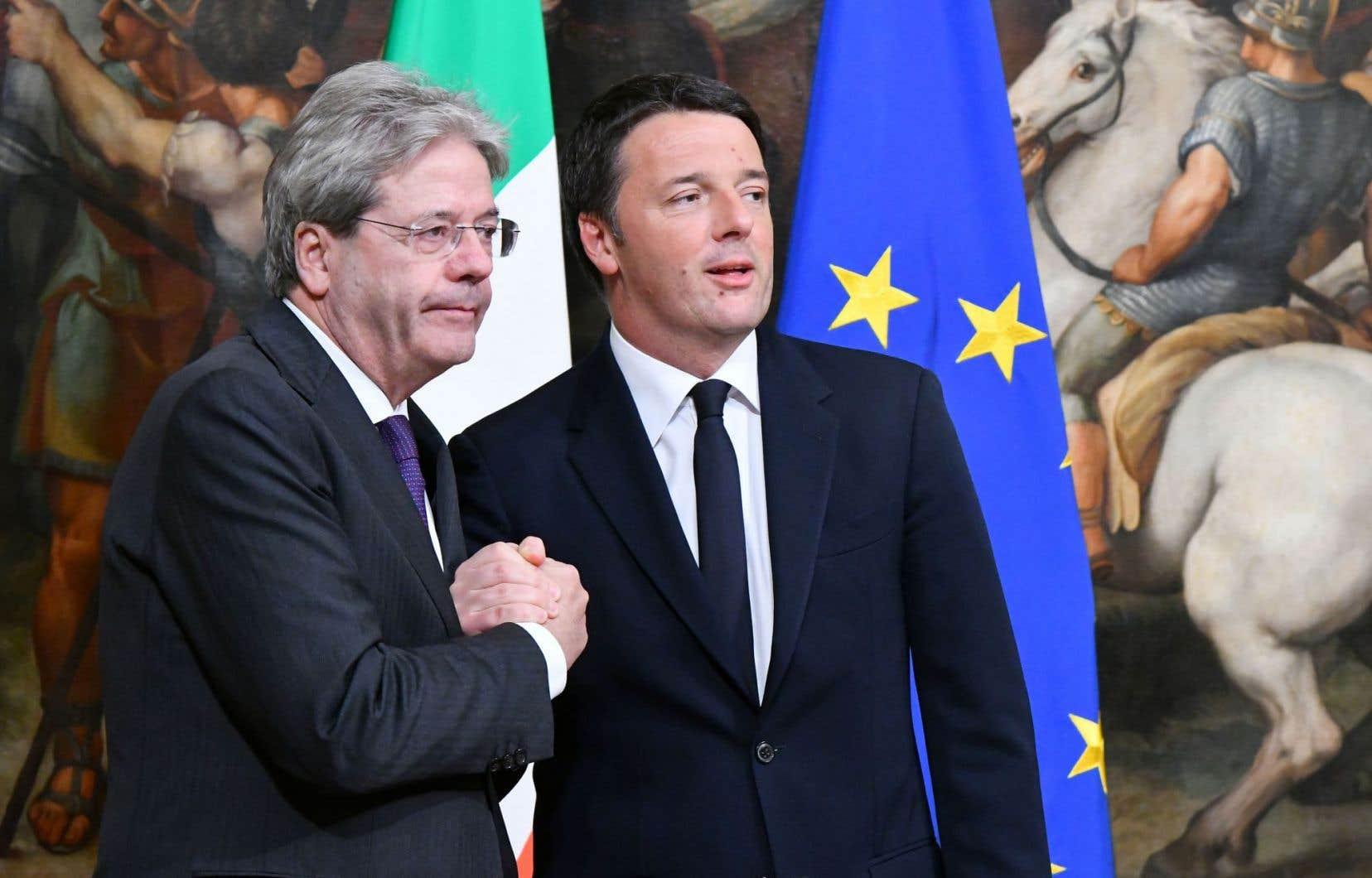 Matteo Renzi (à droite) et son successeur, Paolo Gentiloni, lors de la cérémonie d'assermentation de ce dernier, le 12 décembre