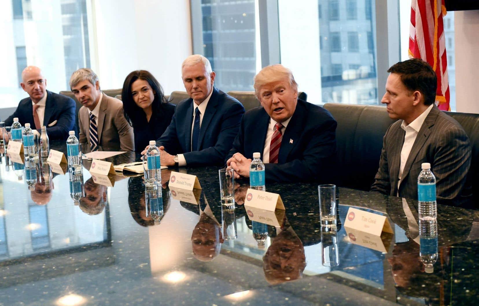 Donald Trump a rencontré Jeff Bezos d'Amazon, Larry Page d'Alphabet (Google), Sheryl Sandberg de Facebook, le vice-président élu Mike Pence et Peter Thiel de PayPal, mercredi, à la tour Trump de la 5e Avenue, à New York.