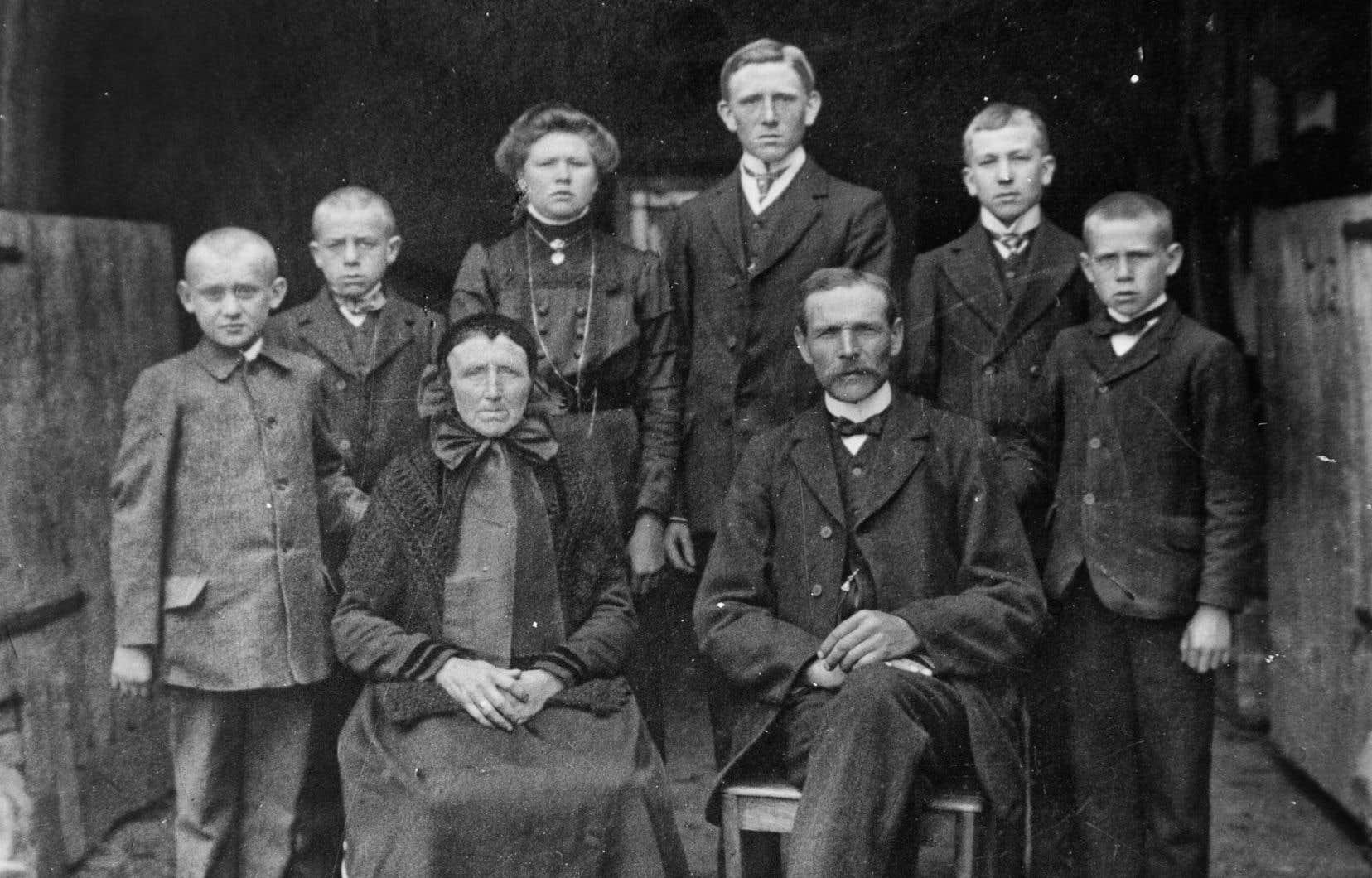 La famille du début du siècle assumait de multiples fonctions: elle éduquait, fournissait du travail et prenait en charge ses aînés.