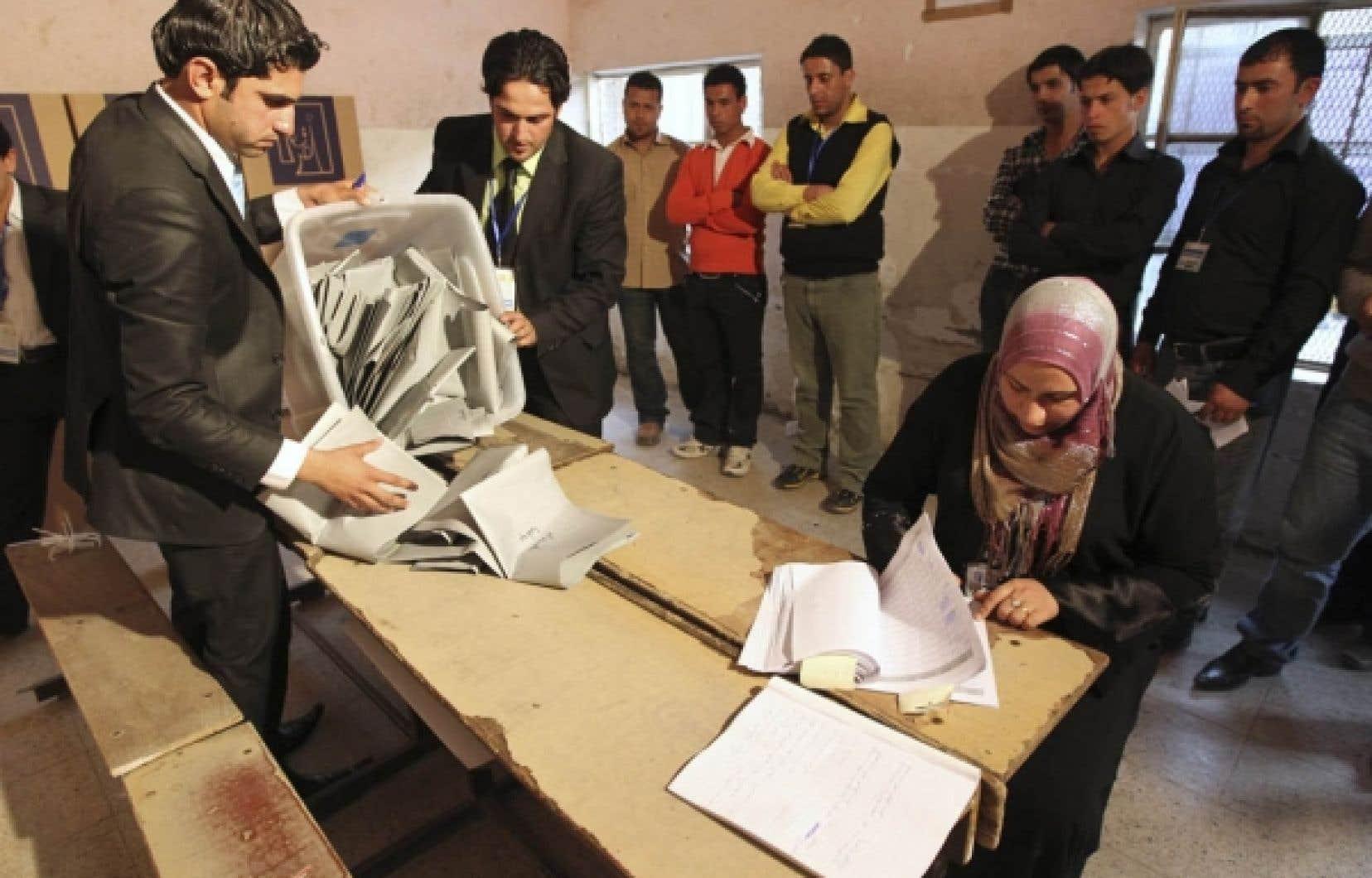 Dépouillement des bulletins de vote, hier, dans le quartier de Sadr City, à Bagdad. Les résultats définitifs des élections législatives en Irak ne sont pas attendus avant le 18 mars.