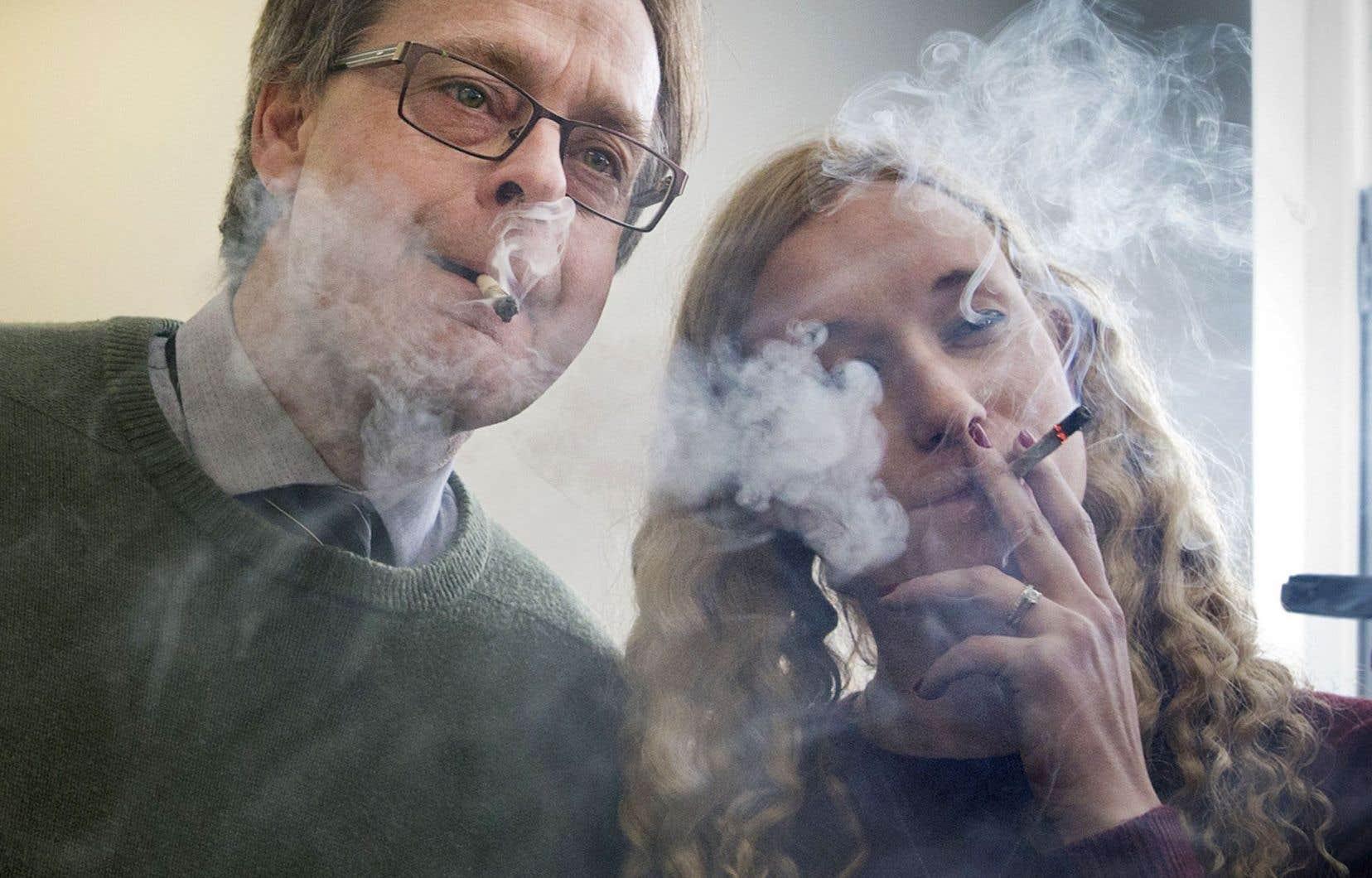 Marc Emery et une employée,Erin Goodwin, dans une des boutiques montréalaises