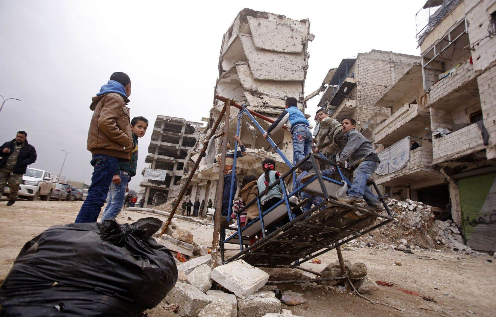 Des enfants jouent dans la partie d'Alep contrôlée par les forces progouvernementales.