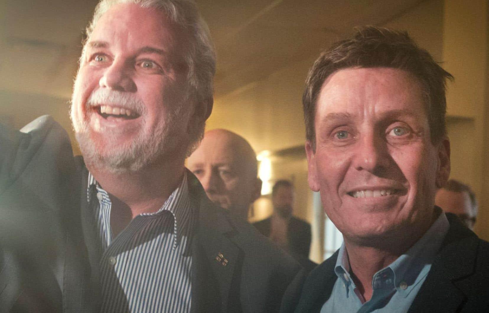 Le premier ministre du Québec, Philippe Couillard, (à gauche) en compagniedu député et ministre délégué aux Finances Pierre Moreau