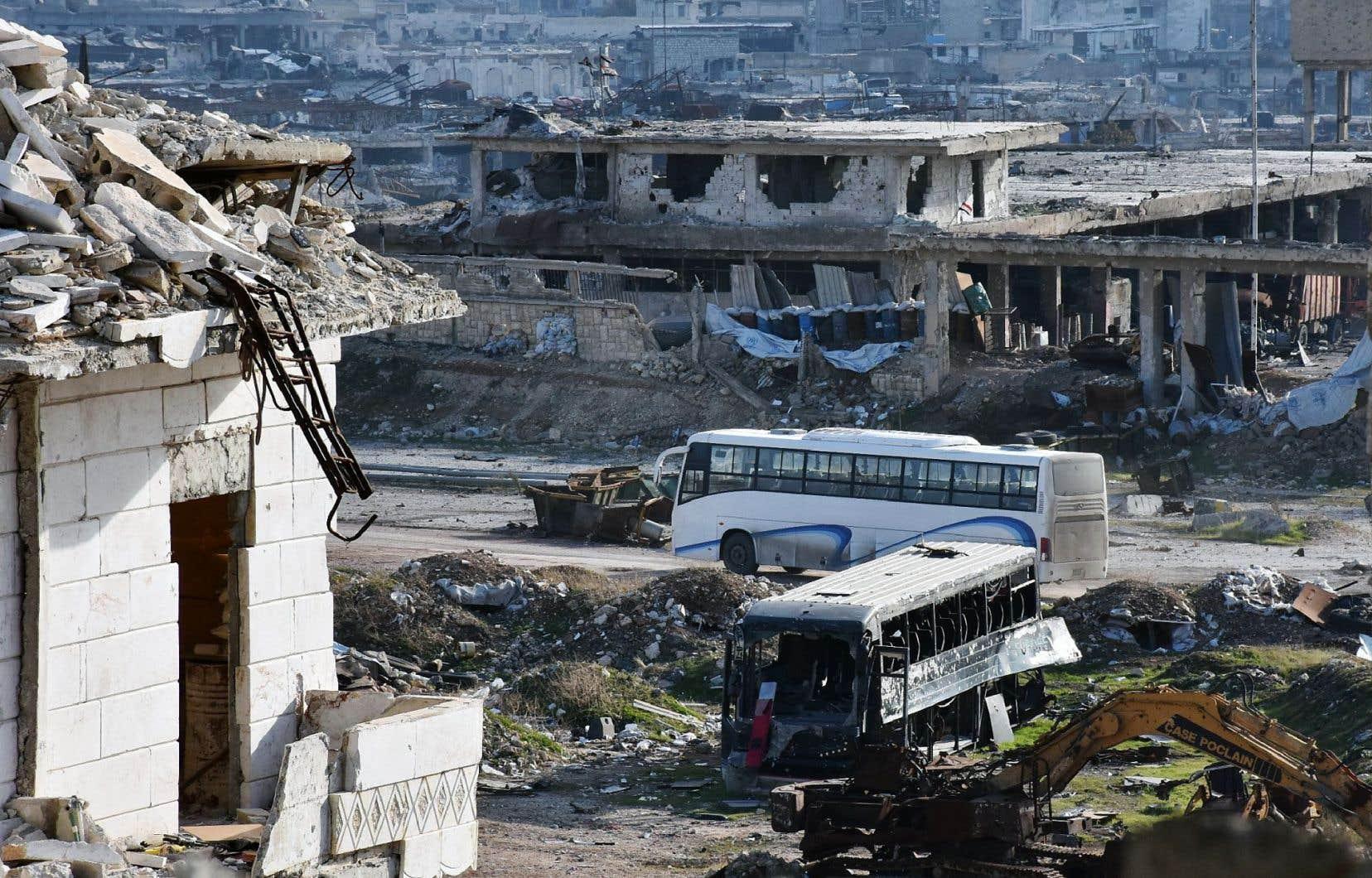 Des autobus ont traversé les quartiers dévastés d'Alep pour permettre l'évacuation de centaines de personnes dimanche.