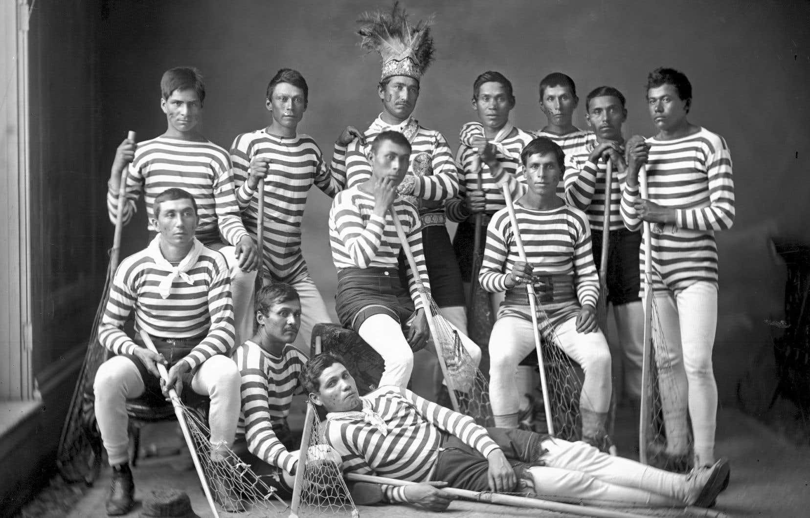 Équipe de crosse de Kahnawake, en 1876. La majorité de ces joueurs avaient voyagé en Angleterre pour une tournée organisée par William George Beers. L'homme portant une coiffe traditionnelle est le capitaine de l'équipe, Sawatis Aiontonnis.