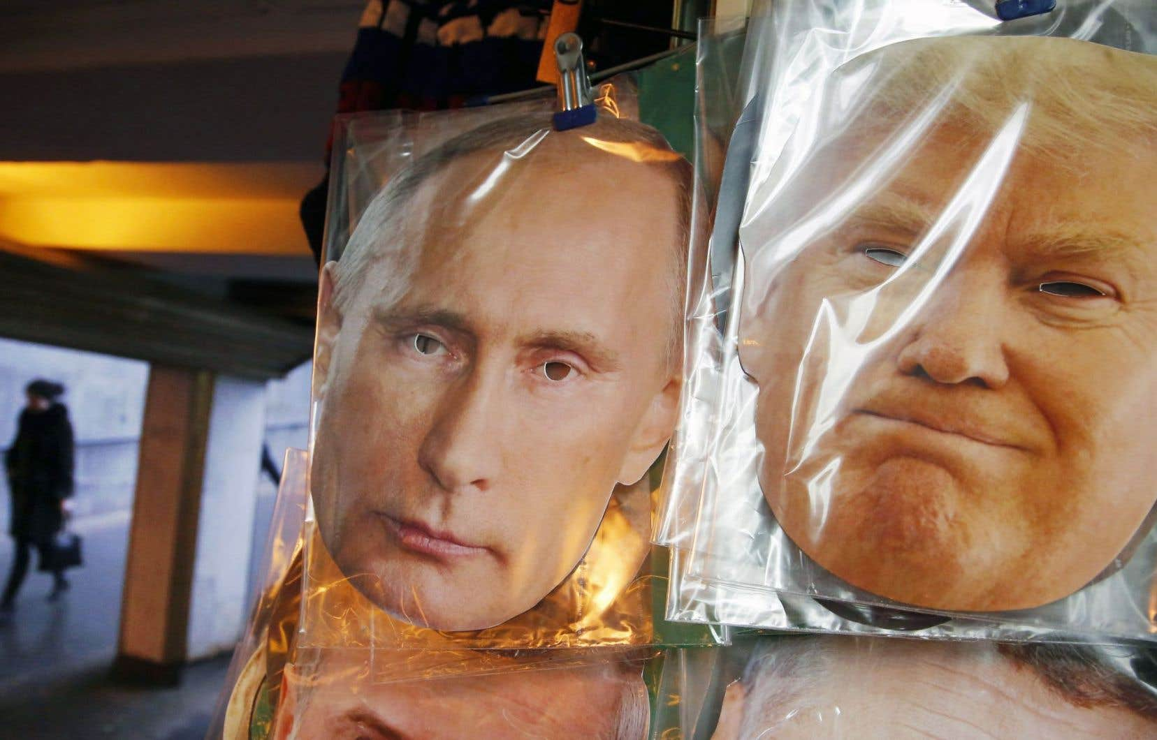 Des masques à l'effigie de Vladimir Poutine et de Donald Trump sont vendus dans un kiosque de souvenirs à Saint-Pétersbourg.
