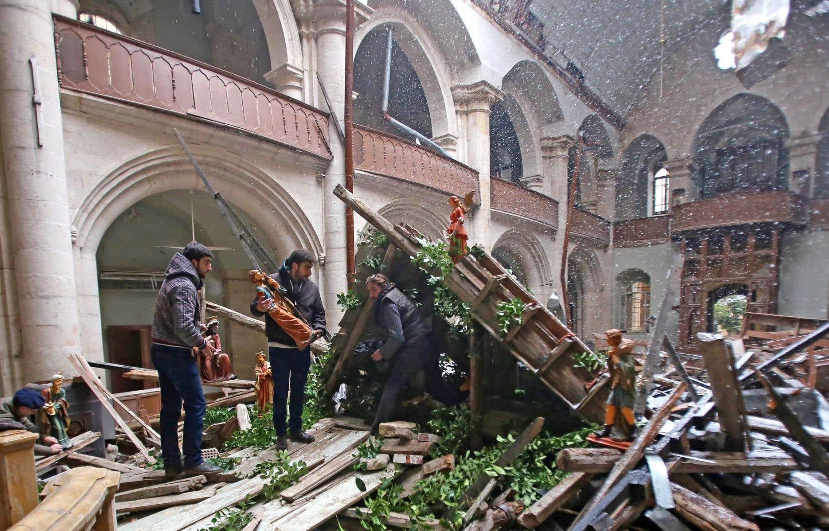 Des Syriens chrétiens fouillent les décombres d'une église détruite par les bombes dans Alep-Est.
