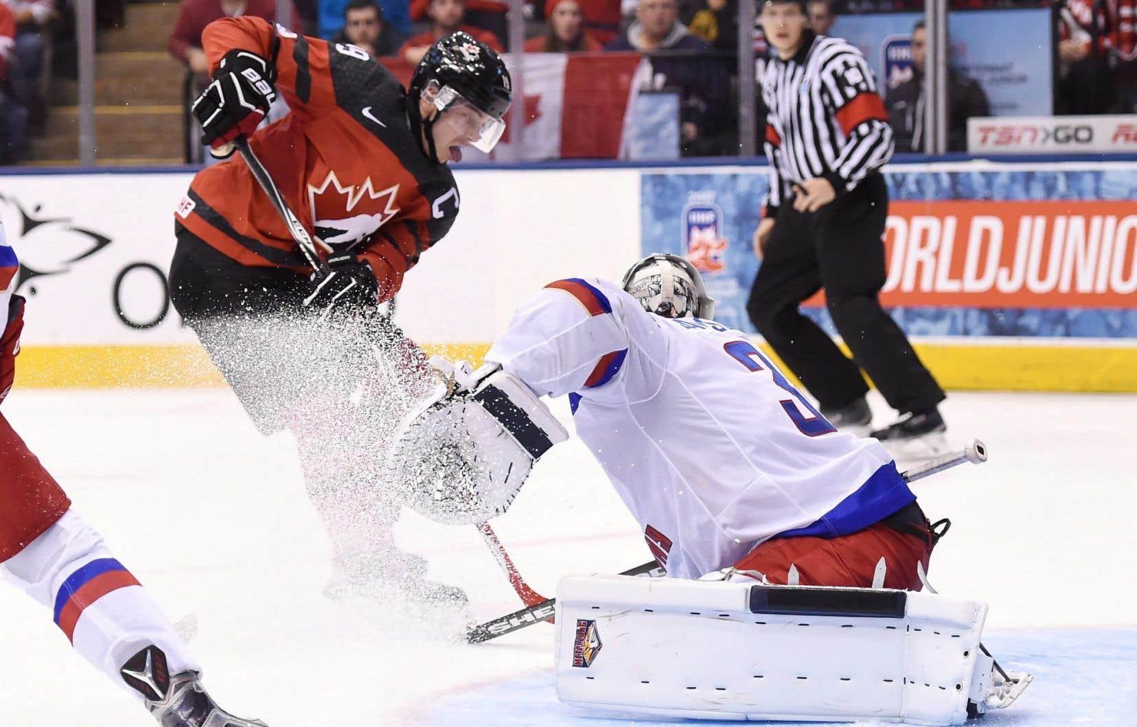 Dylan Strome a signé un doublé dans le gain des jeunes Canadiens.