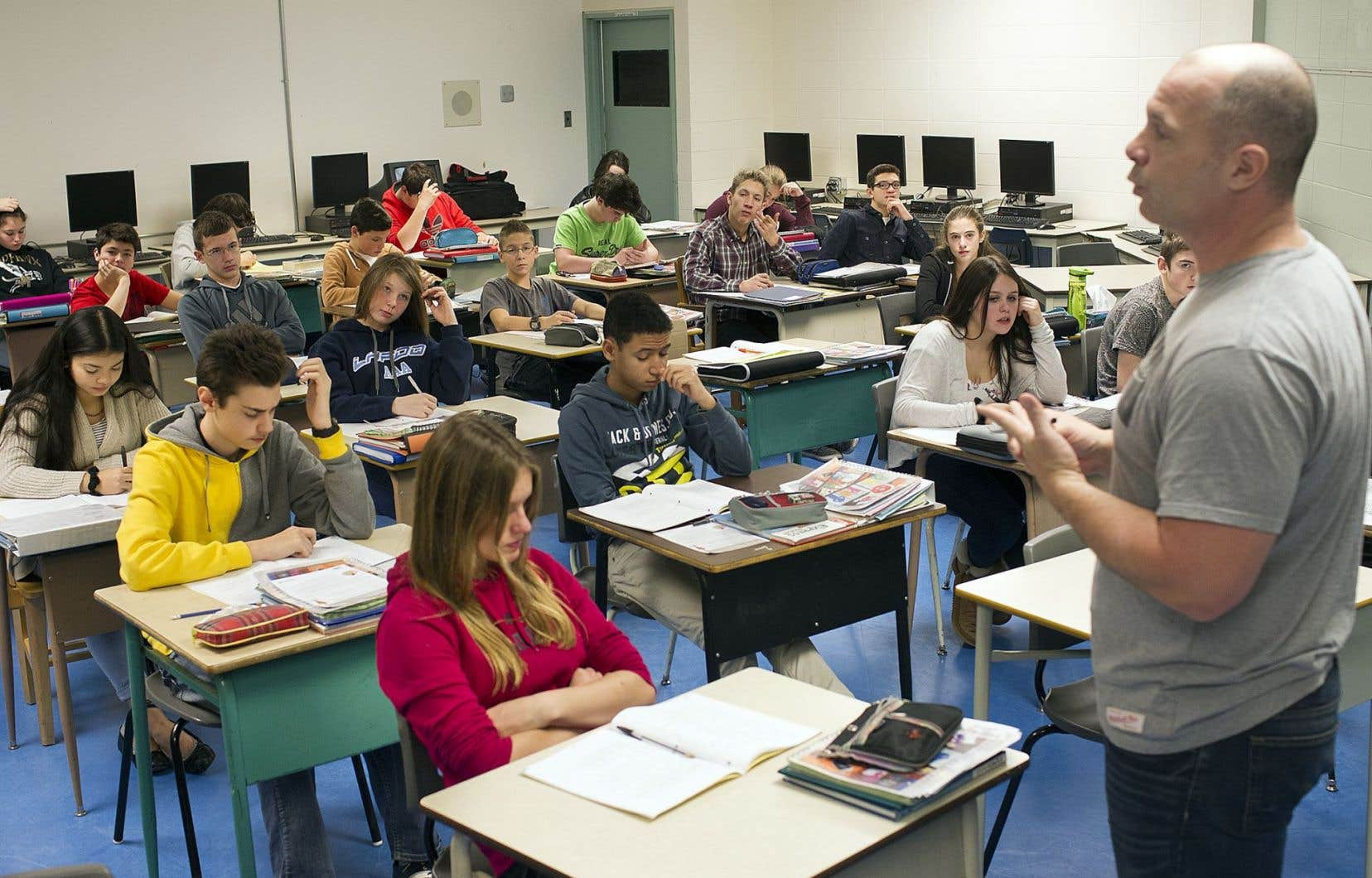 La posture de l'enseignant prescrite par le programme est la neutralité, tant que les propos ou les comportements des élèves ne contreviennent pas aux valeurs québécoises.