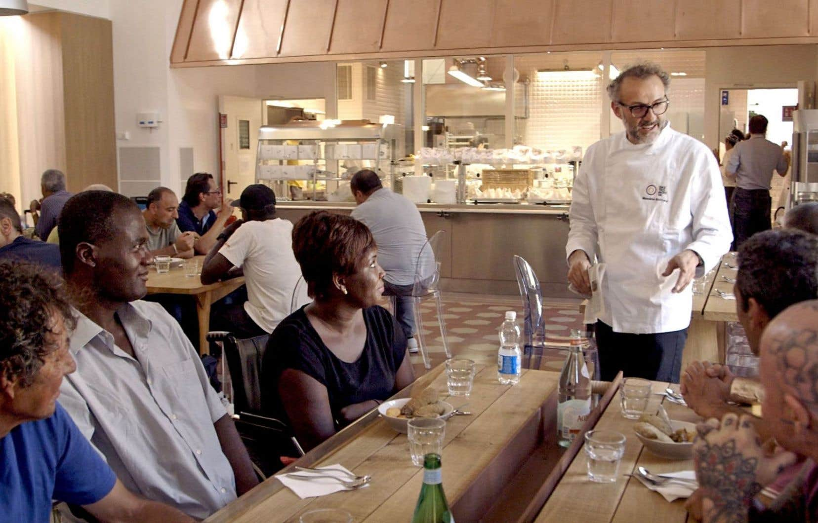 Le grand chef italien Massimo Bottura a eu une idée folle, sur fond de lutte contre le gaspillage alimentaire: ouvrir un réfectoire pour les gens qui ne mangent pas à leur faim.