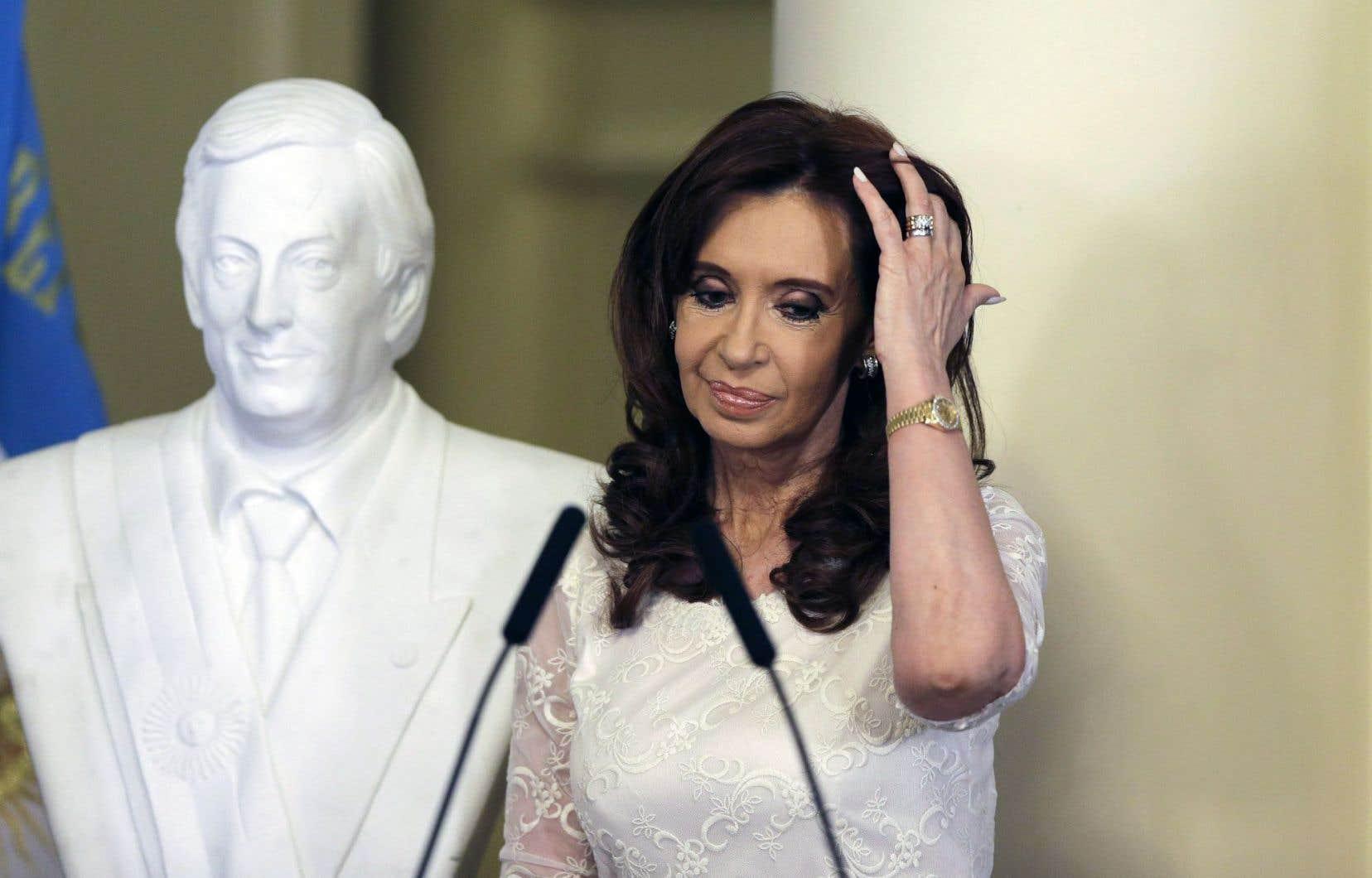 Cristina Kirchner au palais présidentiel en décembre 2015, devant un buste de son défunt mari. L'ex-dirigeante est la cible de plusieurs enquêtes de la justice argentine.