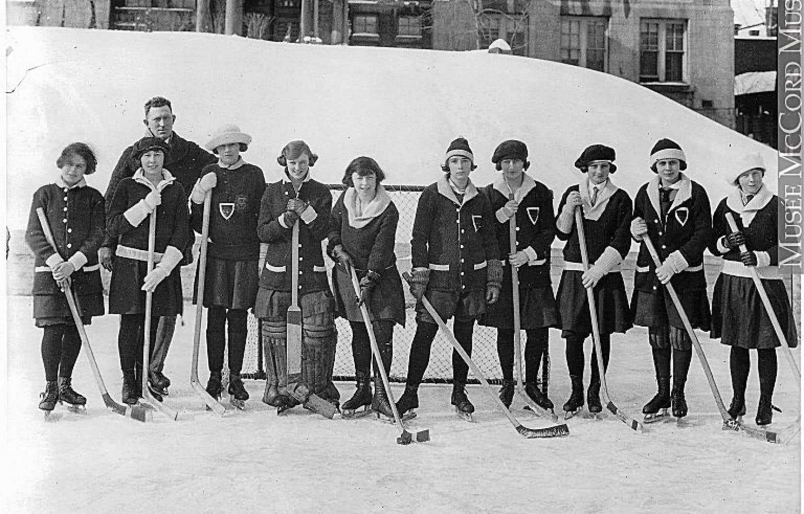 L'équipe de hockey du Royal Victoria College, campus McGill, en 1923