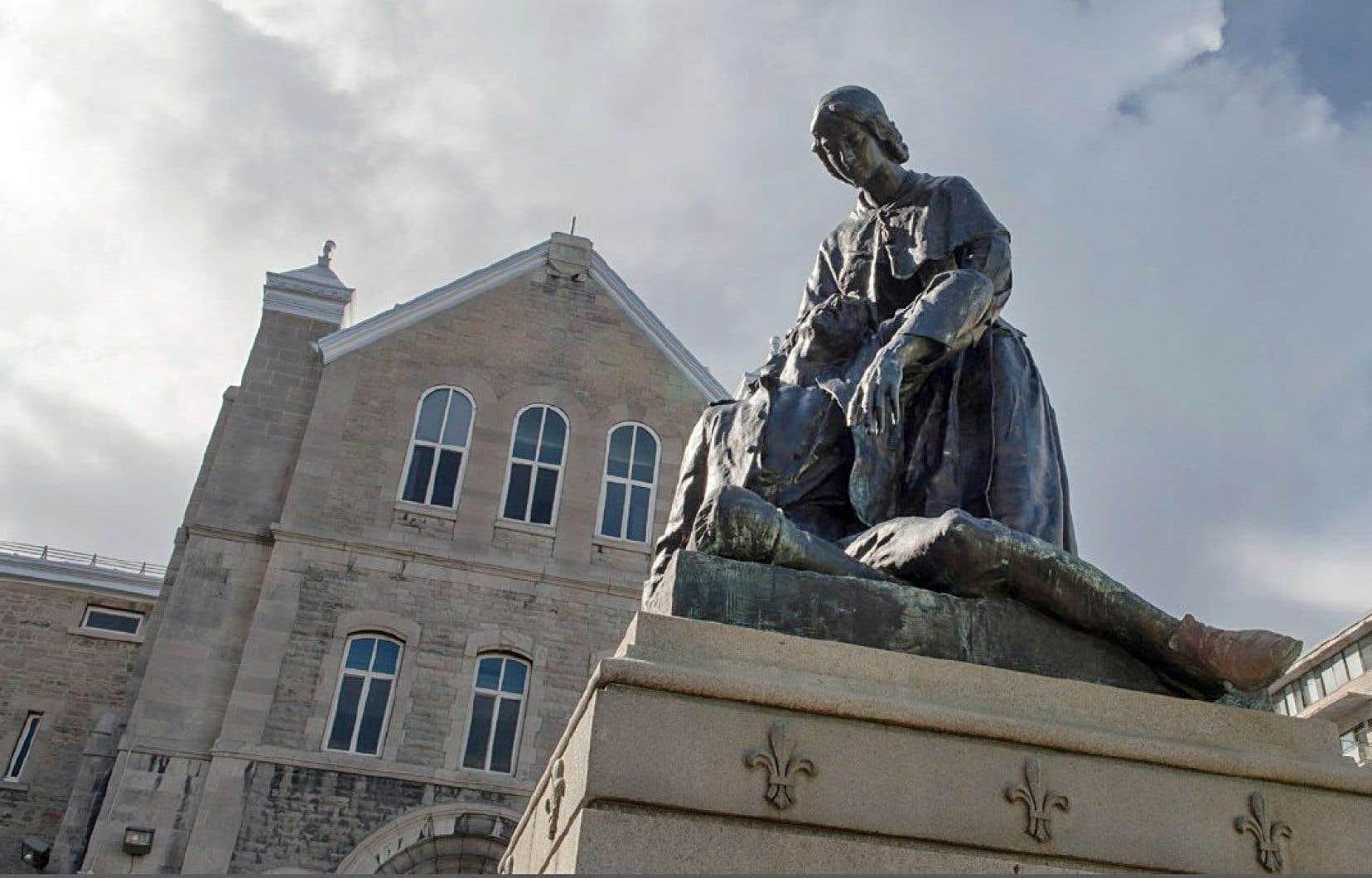 Une sculpture de Jeanne Mance, située en face de l'Hôtel-Dieu, à Montréal
