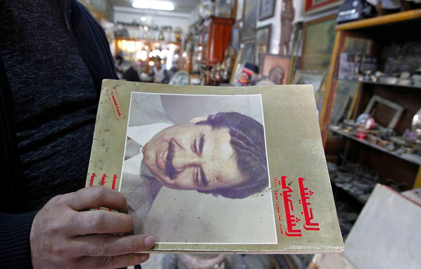 Dans son échoppe de Bagdad, Anouar propose plusieurs artefacts à l'effigie de Saddam Hussein.