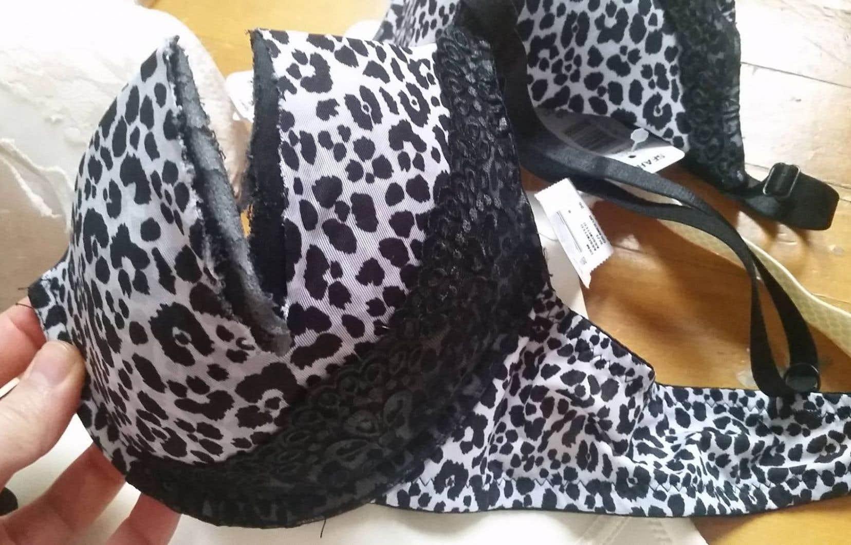 Des soutiens-gorge coupés en deux faisaient partie des vêtements qui remplissaient le conteneur à ordures réservé au magasin Sears, dans le stationnement des Galeries Joliette.