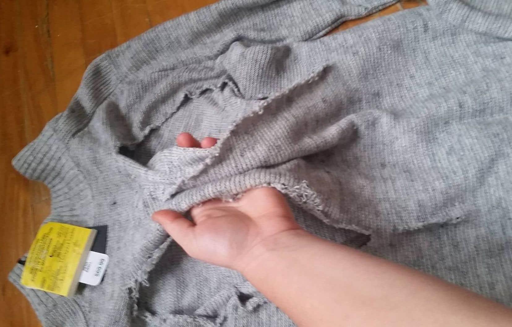 Des étiquettes sur les morceaux trouvés par Joanie Champoux indiquaient des défauts aussi mineurs que l'absence d'un bouton ou une tache sur une poche dans certains cas.