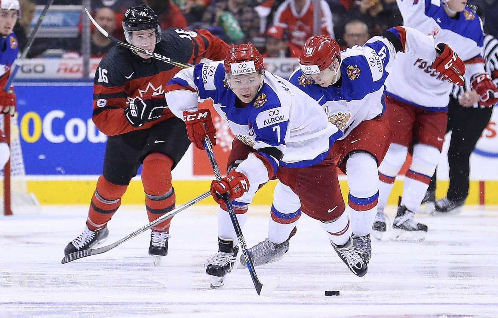 Le russe Kirill Kaprizov (#7) patine vers le filet du Canada lors du match opposant les deux équipes au Centre Air Canada à Toronto, le 26 décembre dernier.