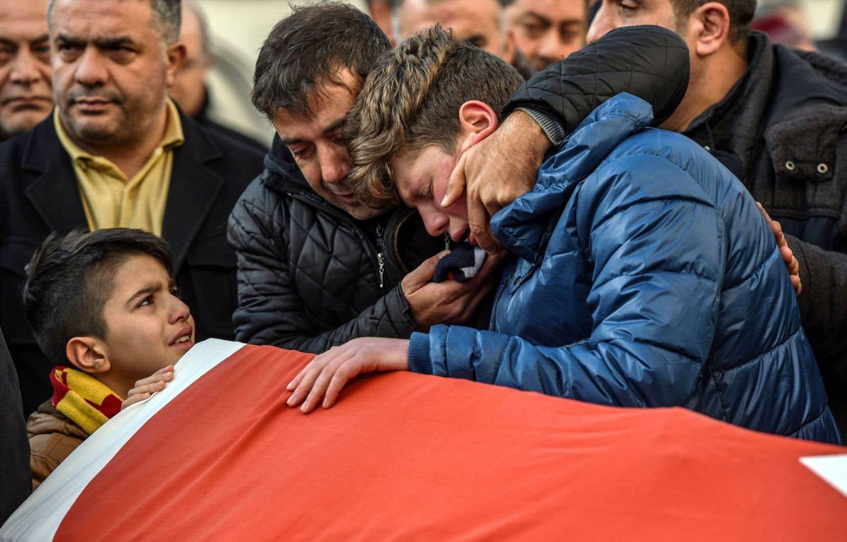 L'attentat au Reina marque un début 2017 sanglant pour la Turquie, déjà endeuillée en 2016 par les contrecoups d'une tentative de coup d'État et une vague d'attentats meurtriers liée aux djihadistes ou à la rébellion kurde.