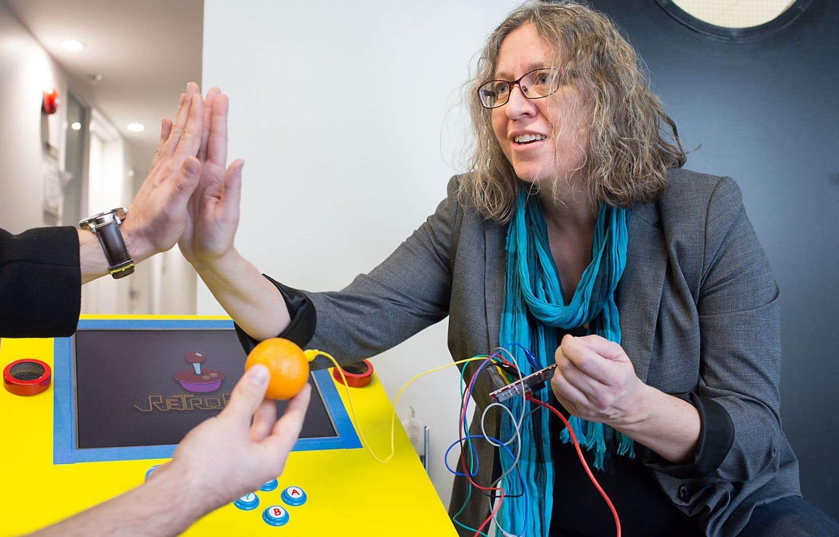 La professeure Ann-Louise Davidson devant la table de jeux qu'elle a créée avec ses étudiants.
