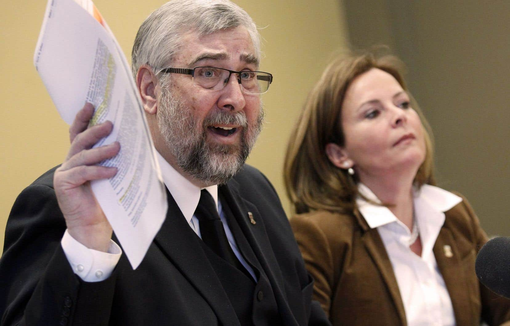 Yvon Bussières, conseiller désormais indépendant à la Ville de Québec, en compagnie de la nouvelle chef de l'opposition Anne Guérette