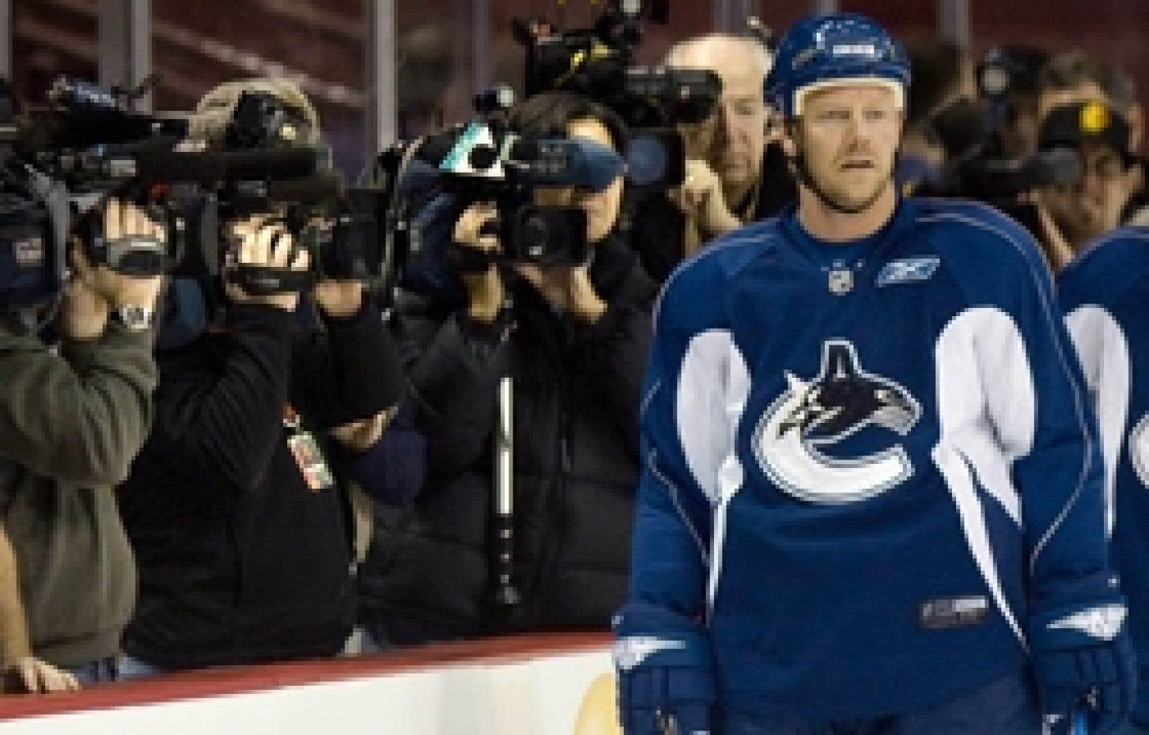De nombreux caméramans et photographes s'étaient massés le long de la baie vitrée au moment où Mats Sundin a fait son apparition sur la patinoire, à Vancouver, hier.