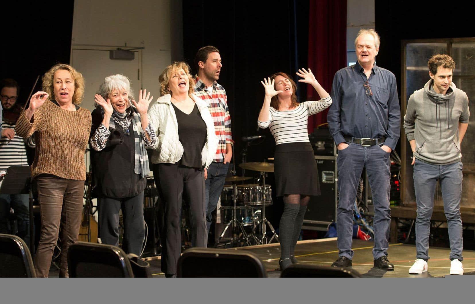 Une brochette d'une vingtaine de comédiens et de musiciens pour accueillir Bertolt Brecht au TNM